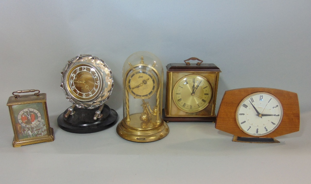 Lot 404 - A collection of various vintage retro mantle clocks to include a Majak lucite case mantle clock, a