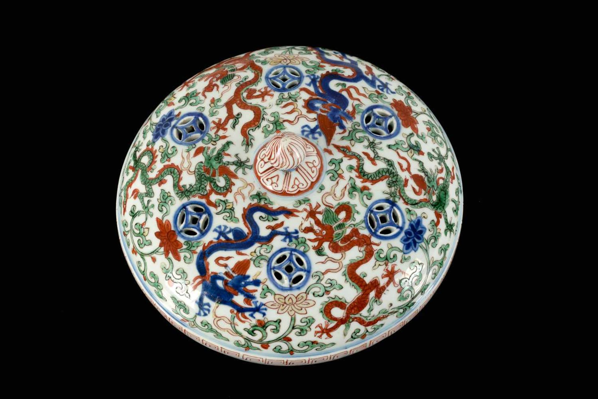 A Wucai porcelain lidded bowl, decorated with dragons and flowers. The bowl with nine - Bild 5 aus 26