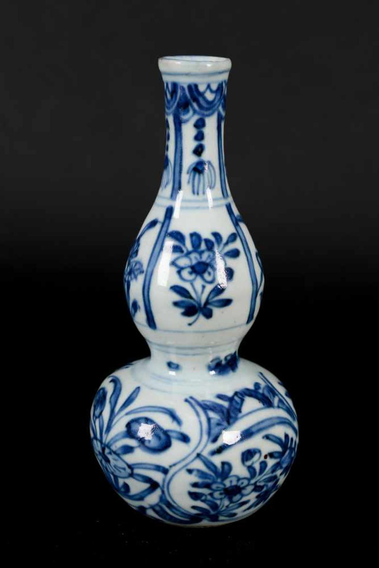 A blue and white porcelain gourd vase, decorated with flowers. Unmarked. China, Wanli. - Bild 6 aus 8