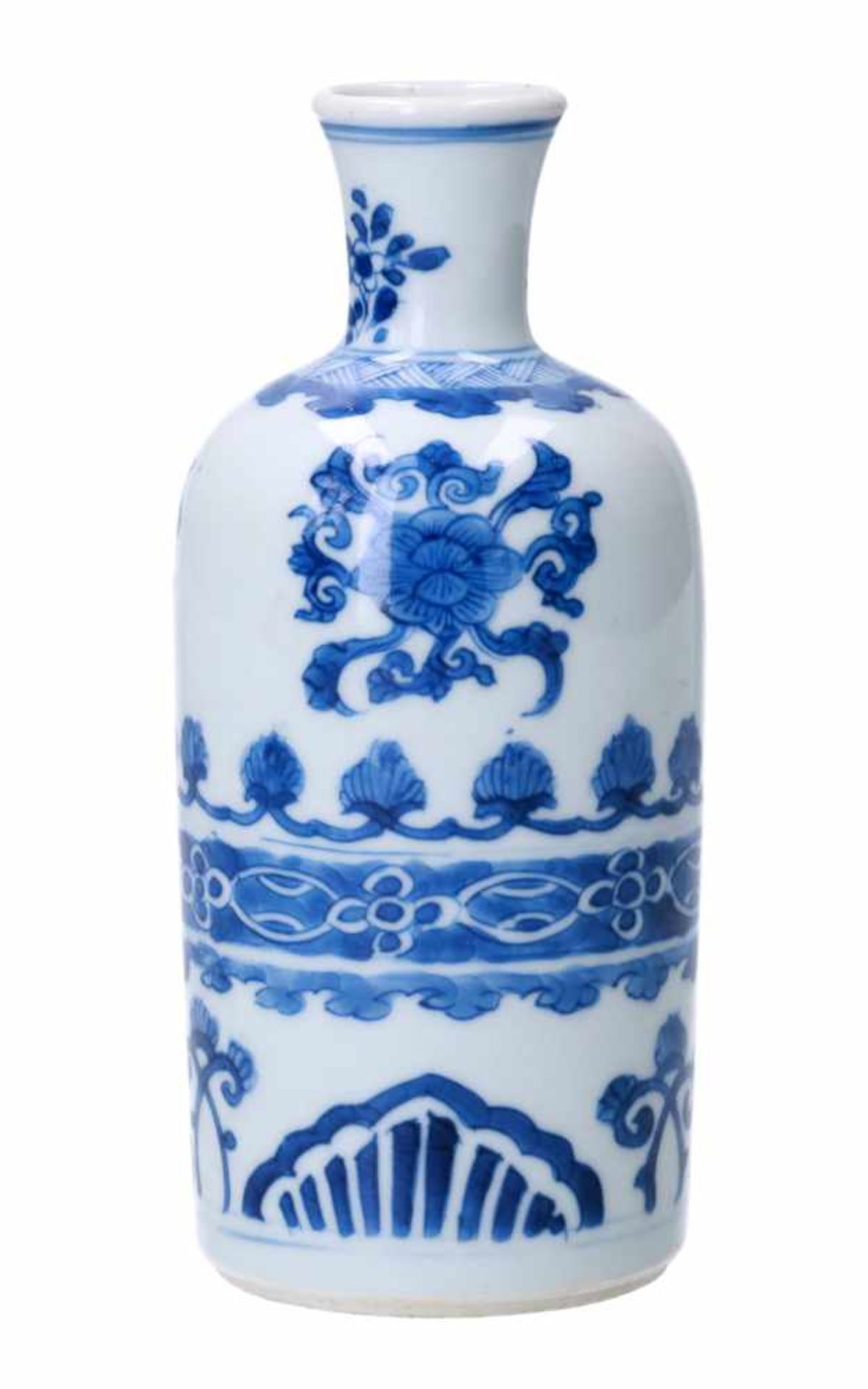 A blue and white porcelain vase, decorated with flowers and patterns. Unmarked. China, Kangxi. - Bild 2 aus 4
