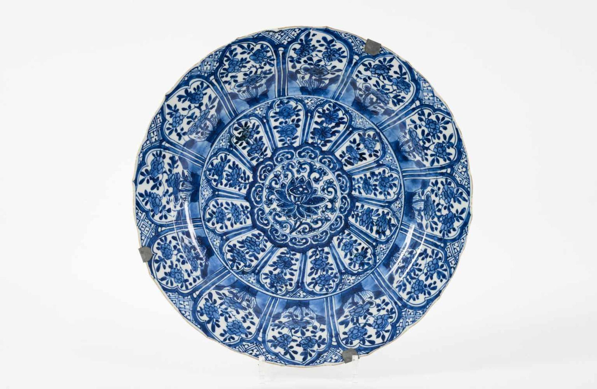 A blue and white porcelain charger, decorated with flowers. Marked with censer. China, Kangxi. - Bild 2 aus 5