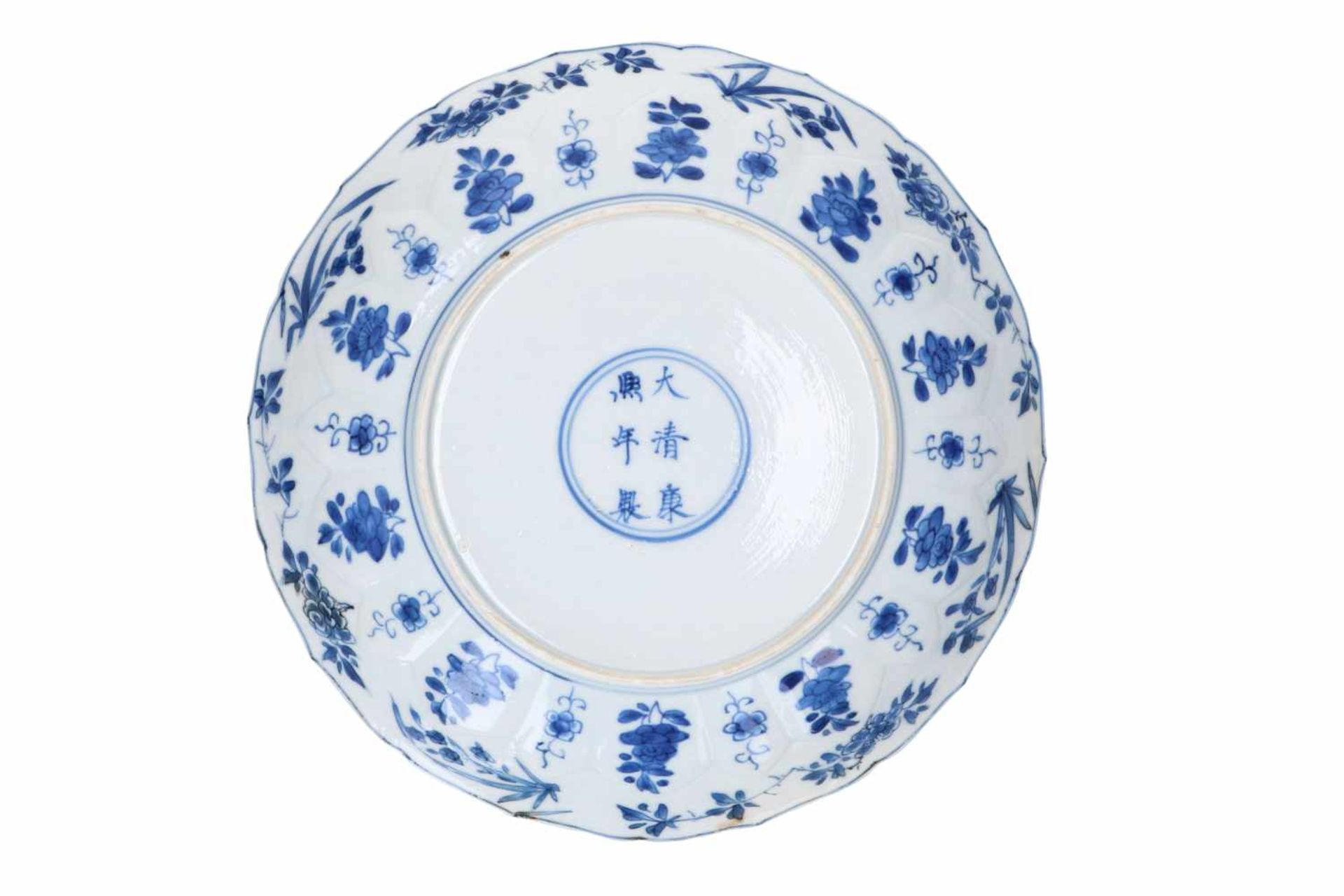 A blue and white porcelain dish with scalloped rim, decorated with ladies in a garden and flowers. - Bild 4 aus 5