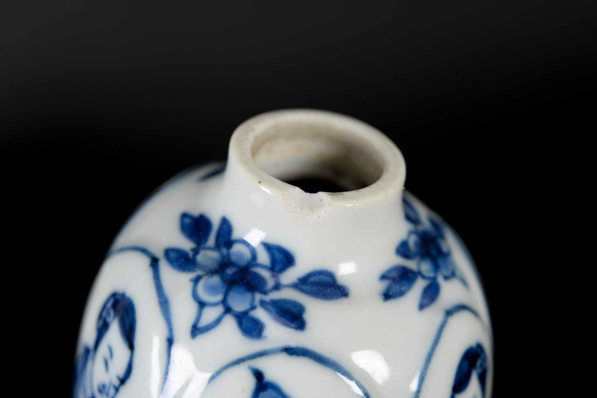 A pair of blue and white porcelain lidded miniature vases, decorated with long Elizas and flowers. - Bild 7 aus 9