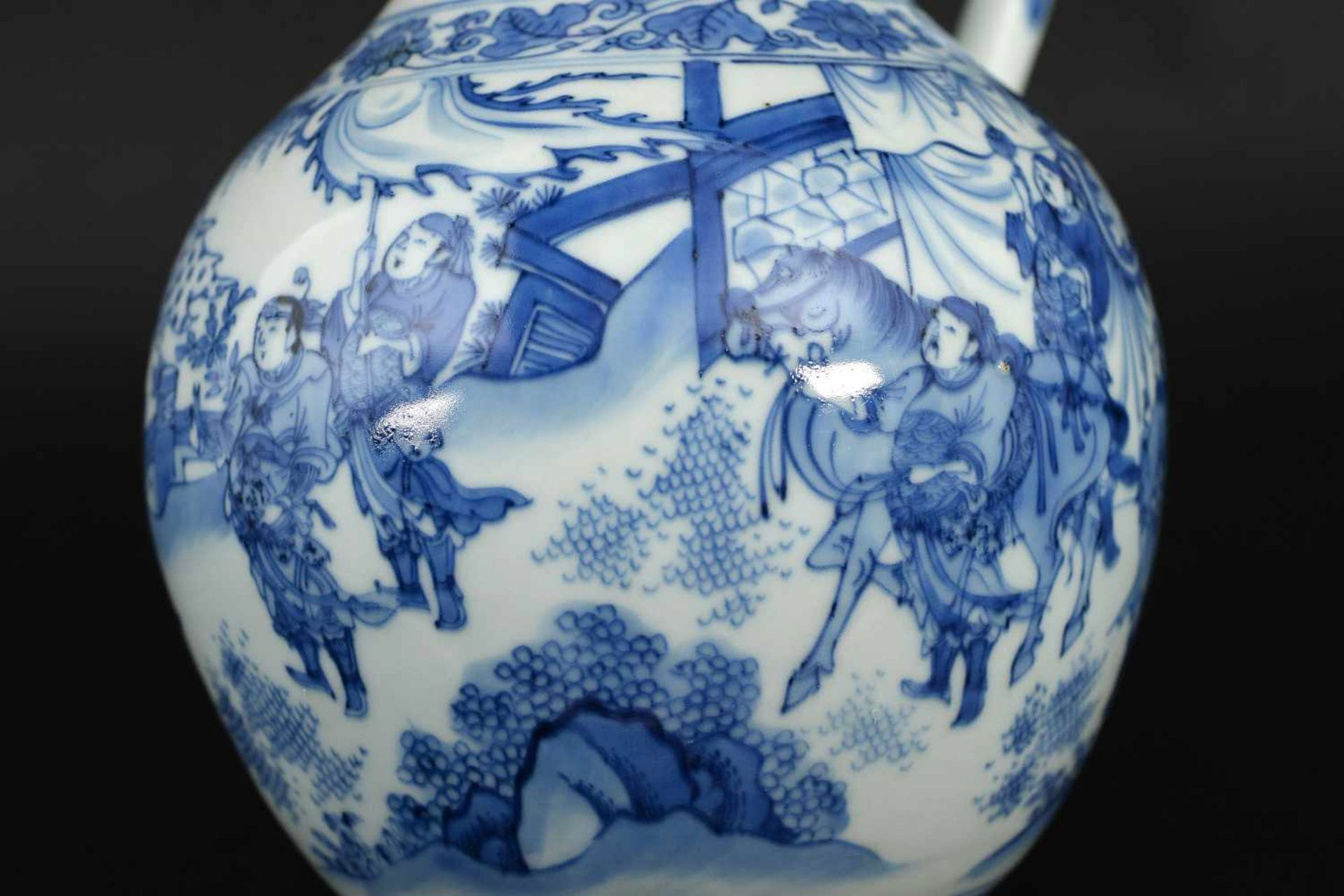 A blue and white porcelain jug, decorated with figures, a river landscape and flowers. Unmarked. - Bild 4 aus 9