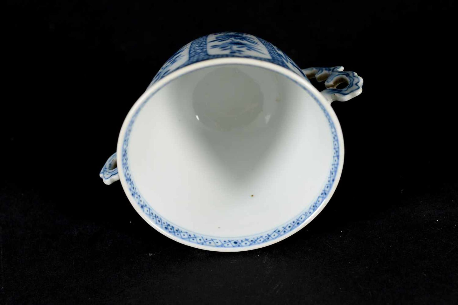 A blue and white porcelain lidded cup with two handles on a deep saucer, decorated with flowers. - Bild 8 aus 9