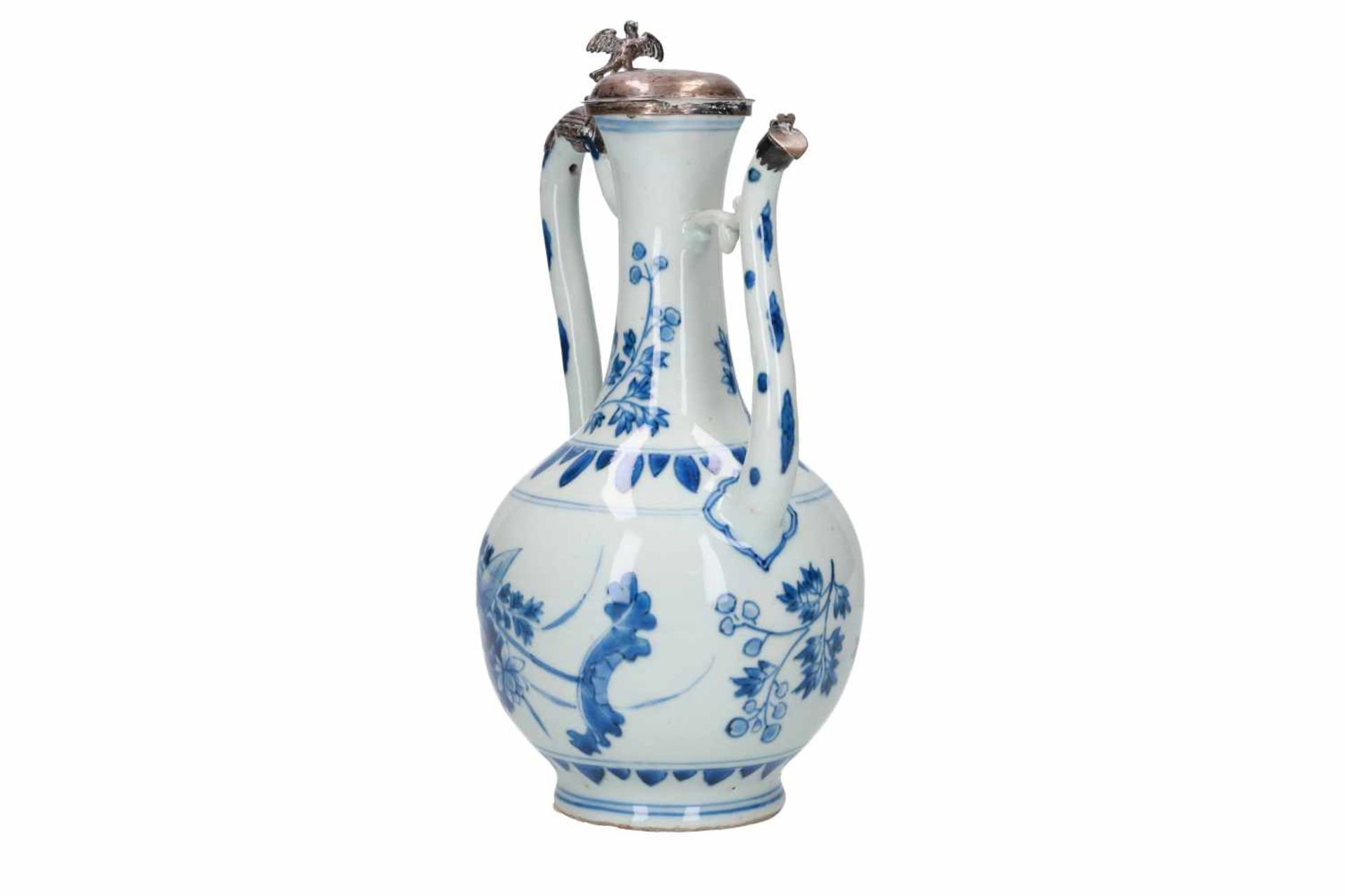 A blue and white porcelain jug with silver mounting, decorated with flowers and leaves. Unmarked. - Bild 4 aus 5