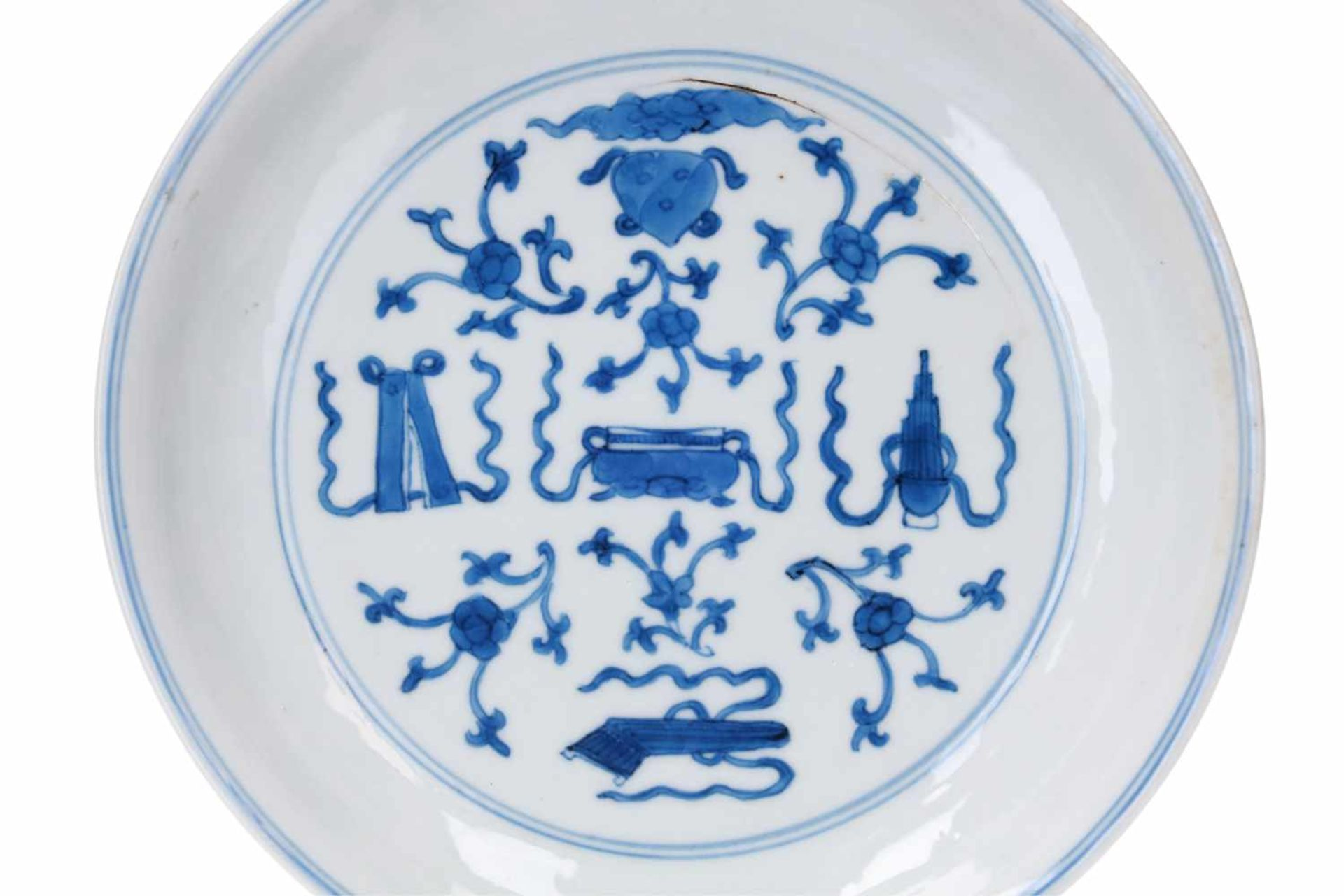 A blue and white porcelain dish, decorated with antiquities. Marked with 6-character mark - Bild 3 aus 3