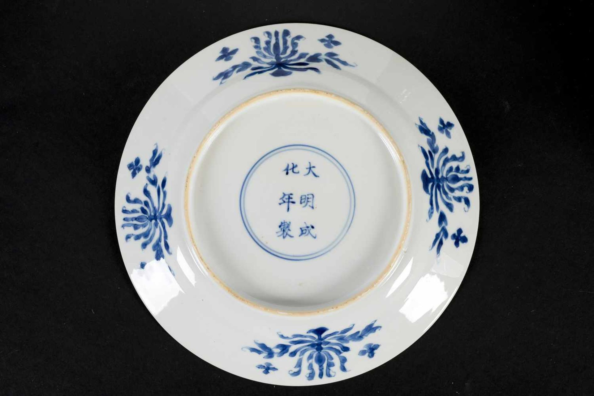 A blue and white porcelain dish, decorated with a dignitary with two servants and a crane on a - Bild 2 aus 4
