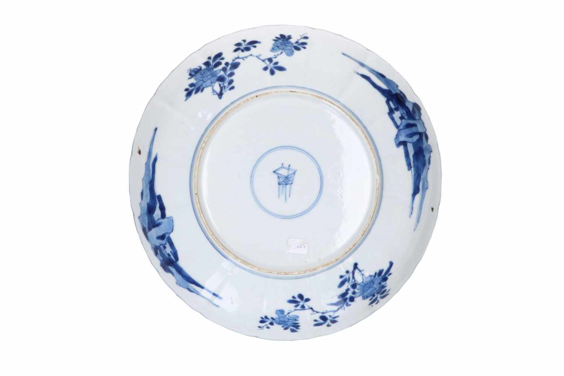 A blue and white porcelain dish with scalloped rim, decorated with ladies in a garden and flowers. - Bild 5 aus 5