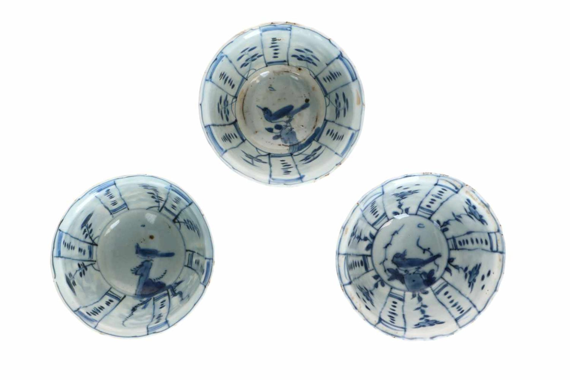 A lot of three blue and white porcelain bowls, decorated with flowers, birds and butterflies. - Bild 3 aus 4