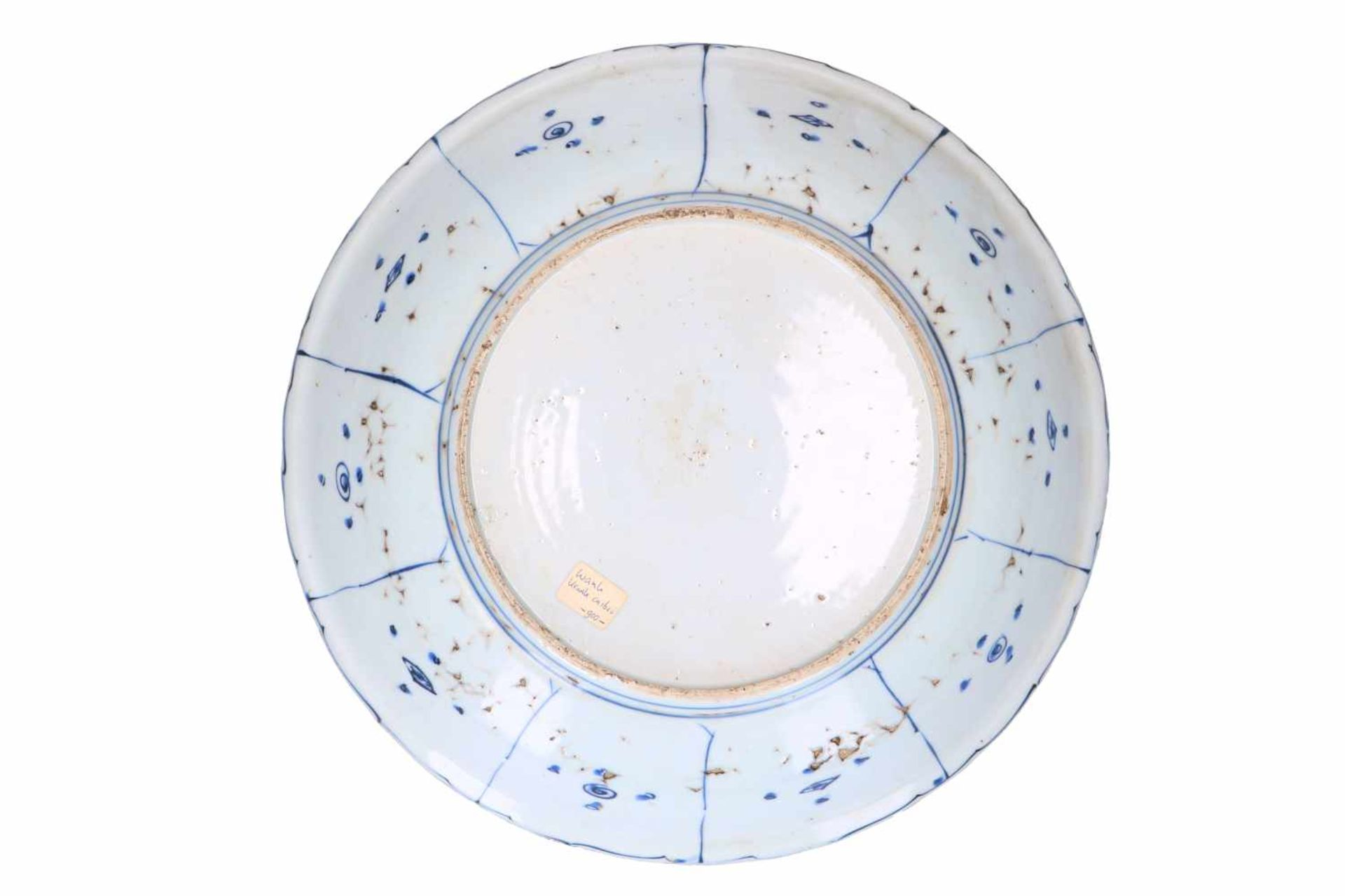 A blue and white 'kraak' porcelain deep charger, decorated with birds, flowers, fruits and - Bild 2 aus 5