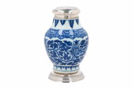 A blue and white porcelain jar with silver ring (ca. 1900) and cover, decorated with flowers and