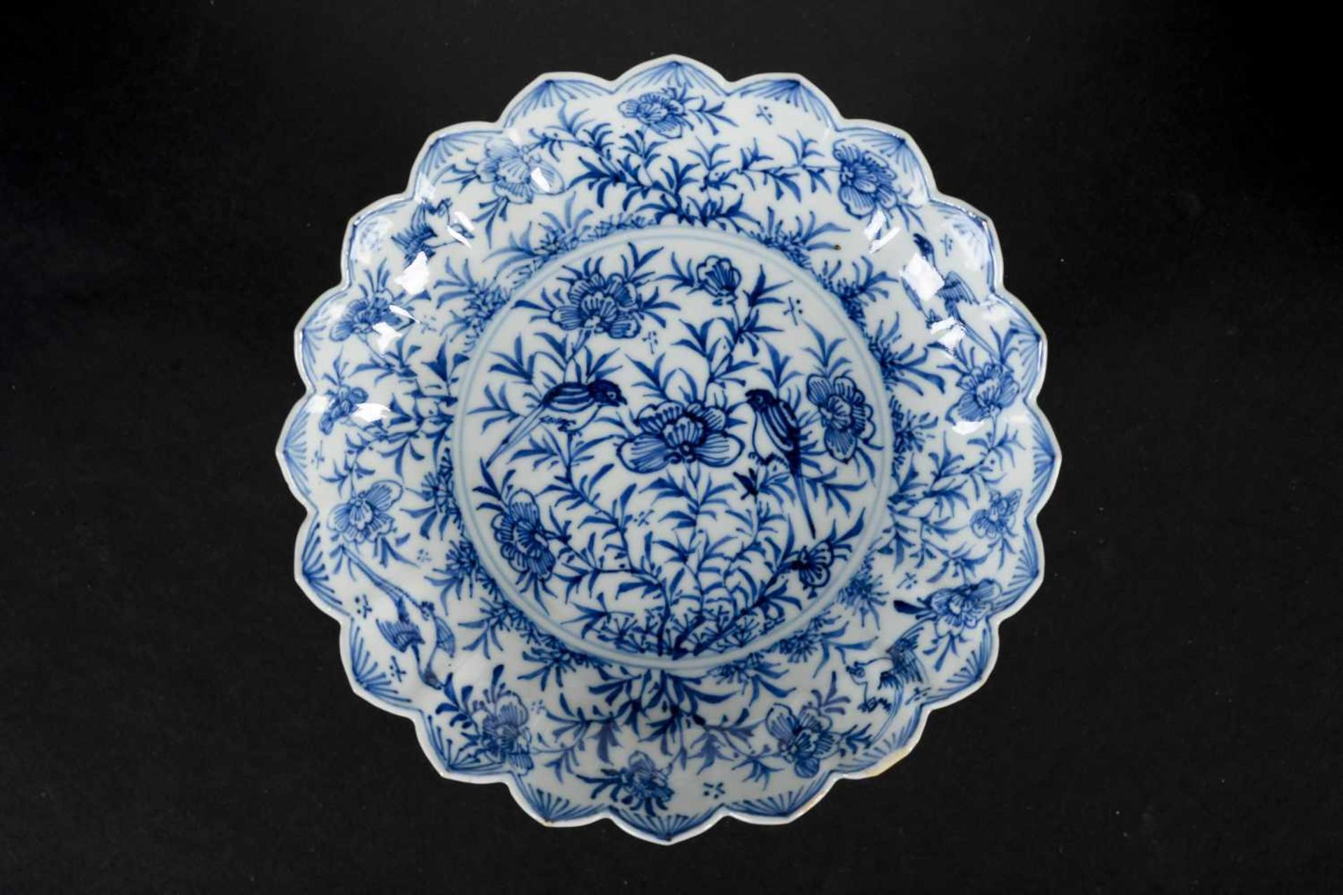 A set of six blue and white porcelain deep saucers with scalloped rim, decorated with flowers and - Bild 4 aus 8