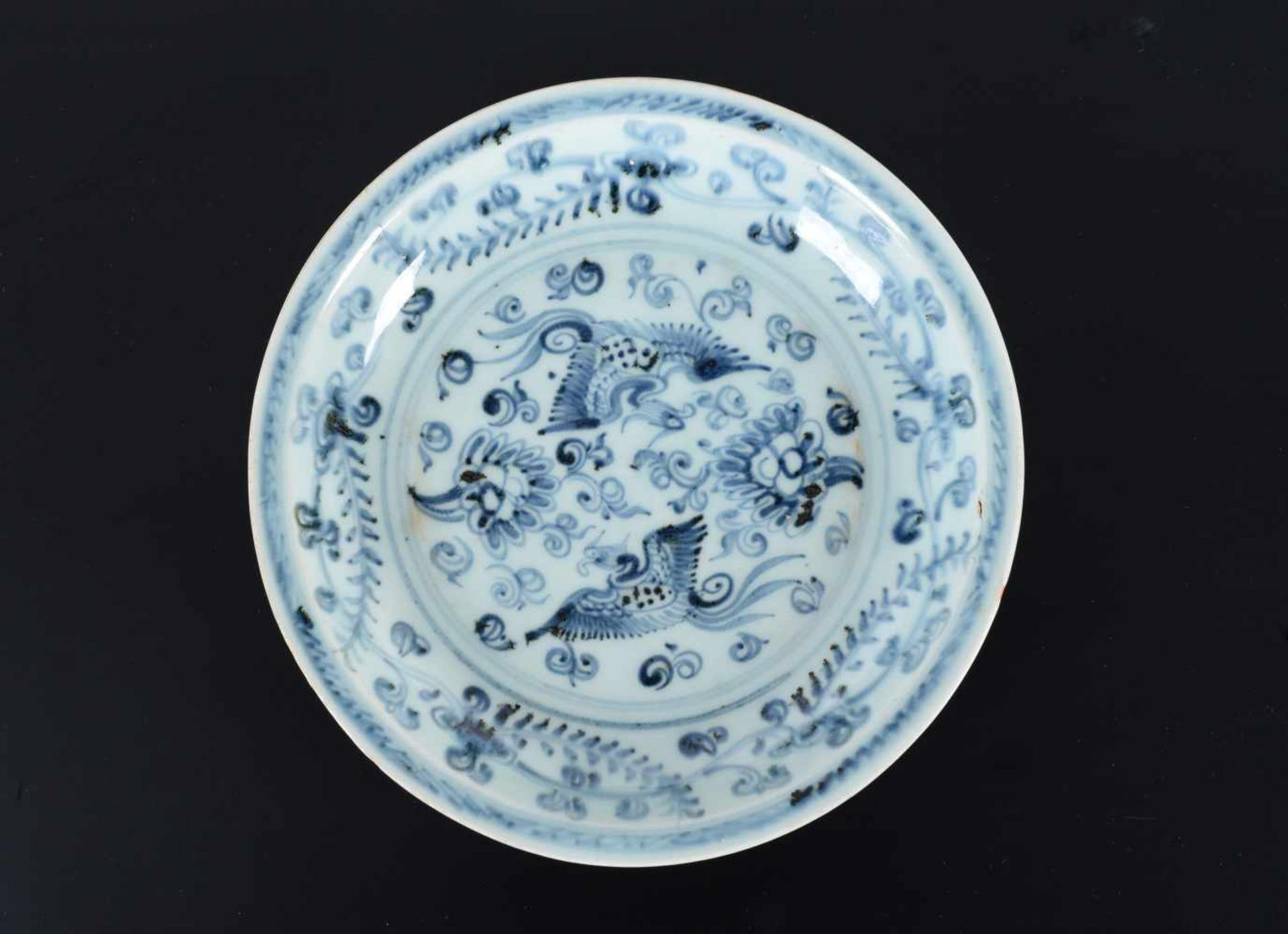 A blue and white porcelain deep dish, decorated with two phoenixes among flowering plants. Unmarked. - Bild 3 aus 5