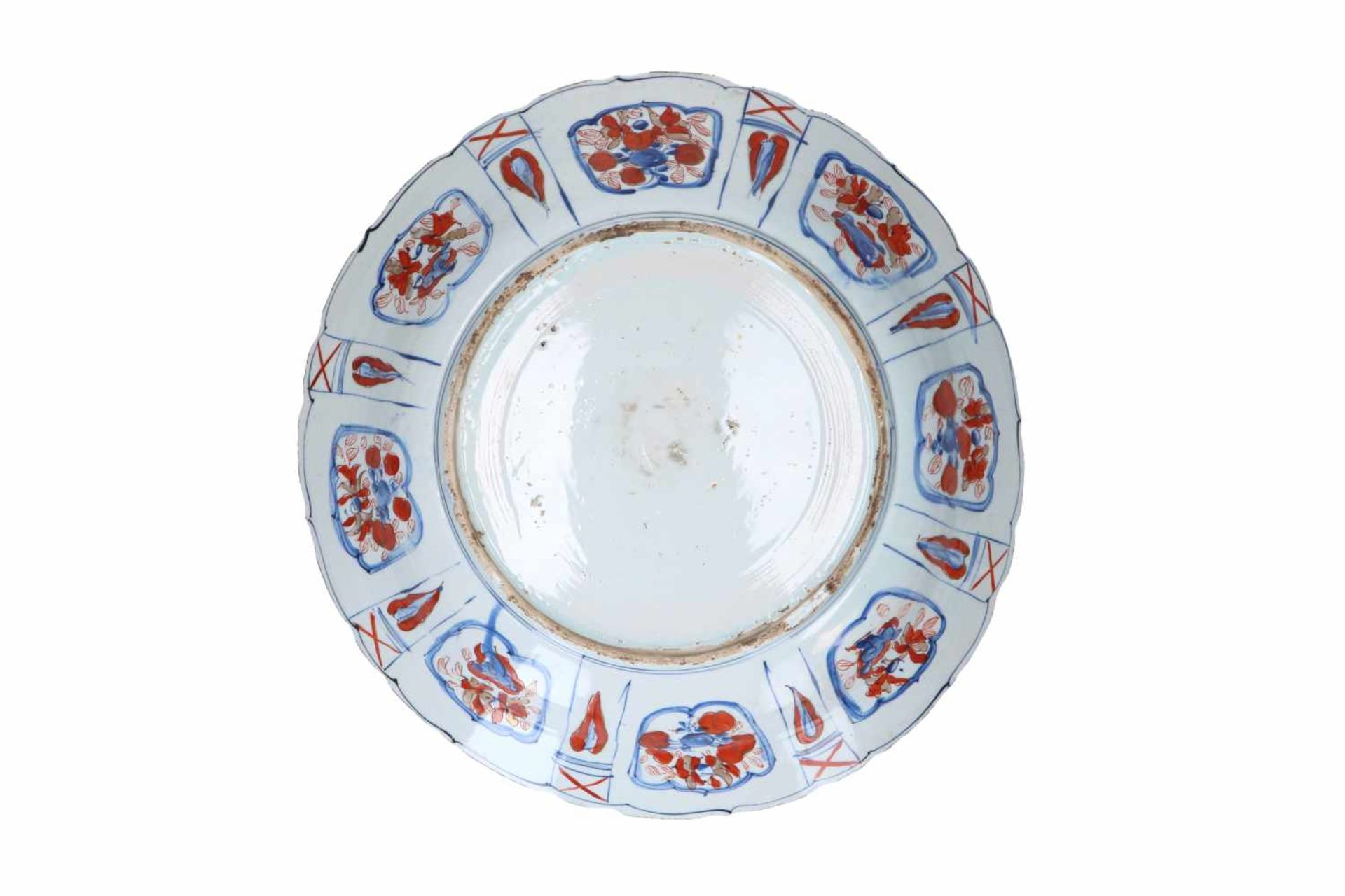 A blue and overglaze red porcelain deep charger with scalloped rim, decorated with flowers, fruits - Bild 2 aus 3