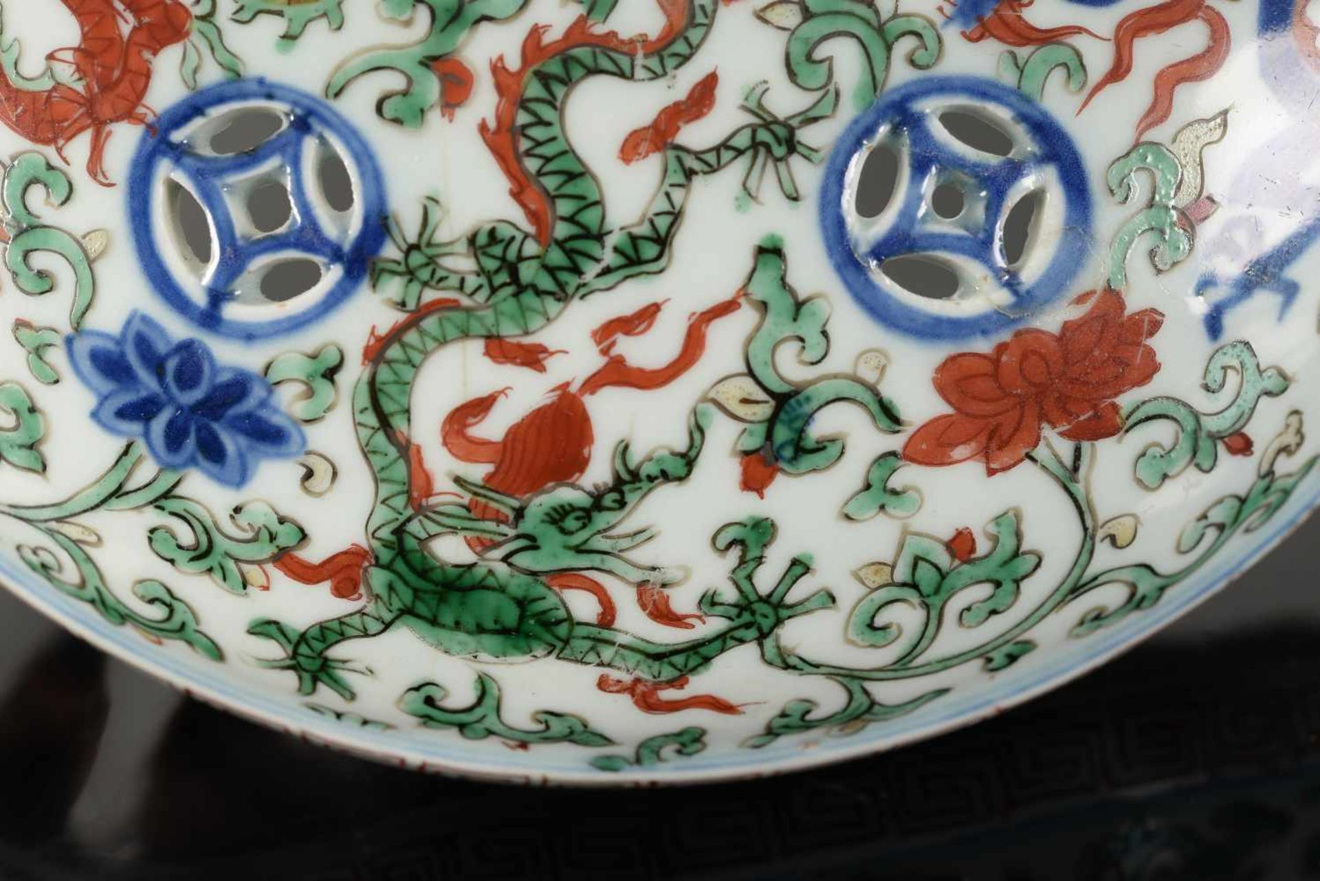 A Wucai porcelain lidded bowl, decorated with dragons and flowers. The bowl with nine - Bild 19 aus 26