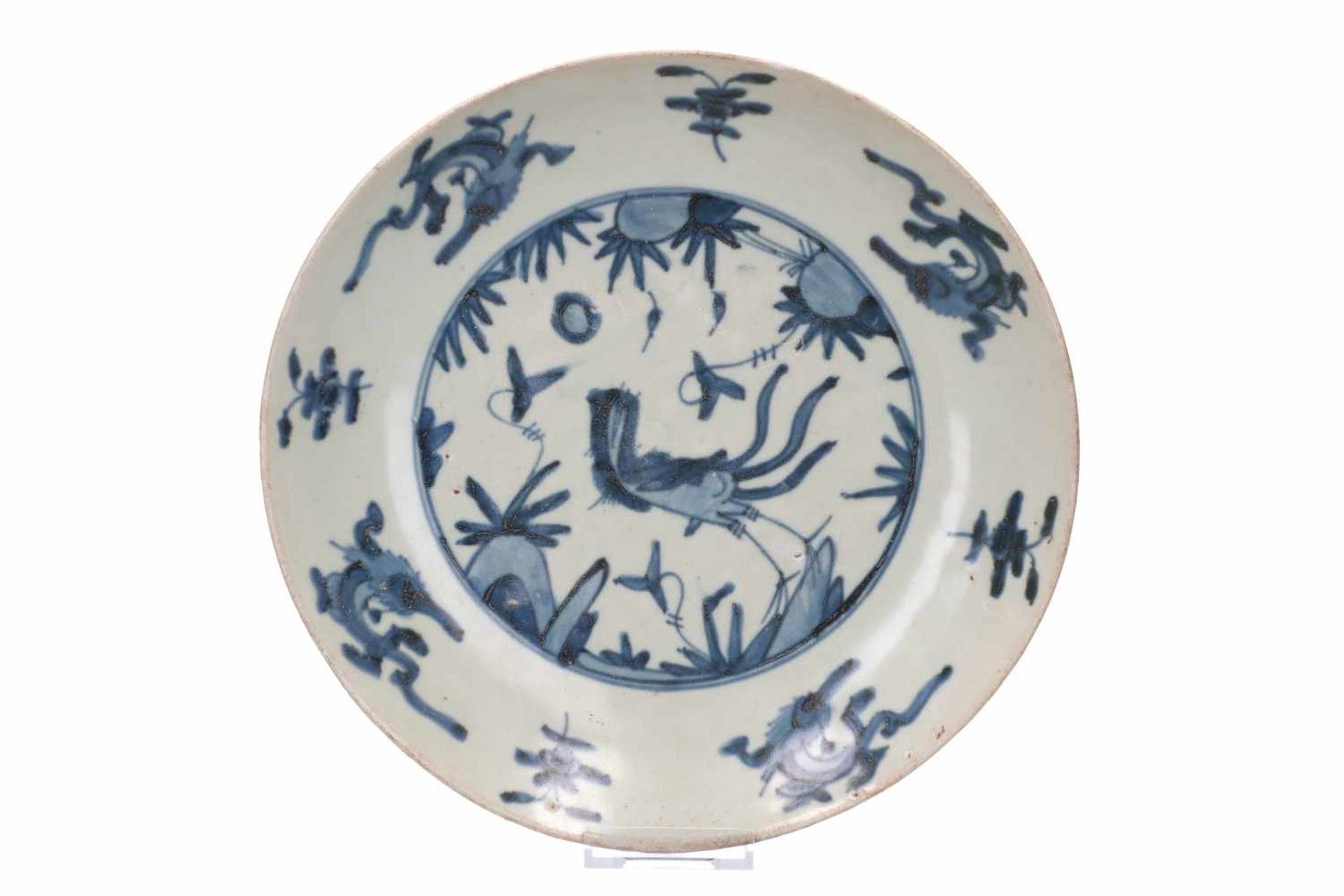 Lot of three blue and white Swatow porcelain chargers, decorated with flowers and animals. One - Bild 3 aus 8