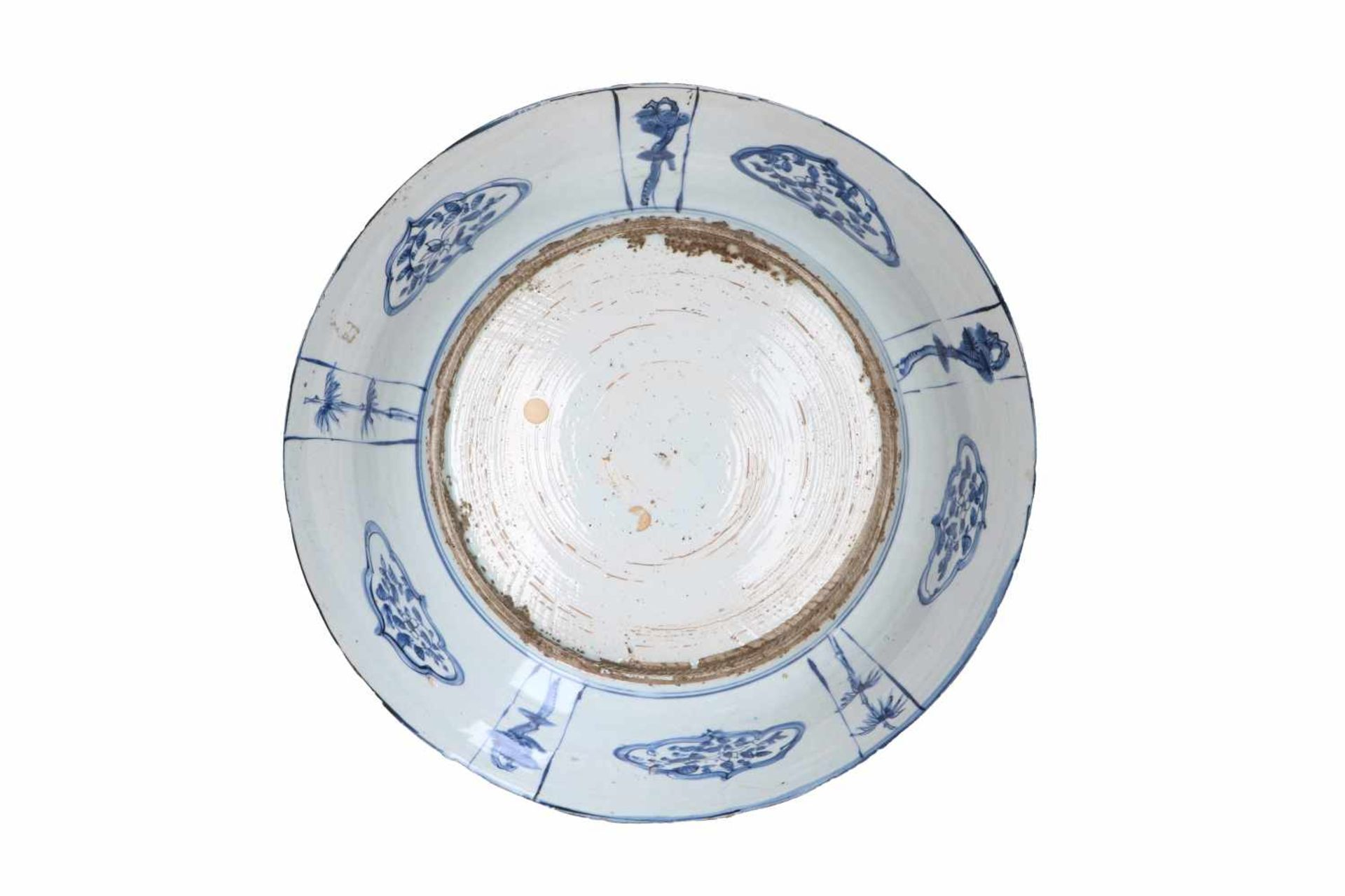 A blue and white 'kraak' porcelain deep charger, decorated with reserves depicting figures in - Bild 2 aus 3