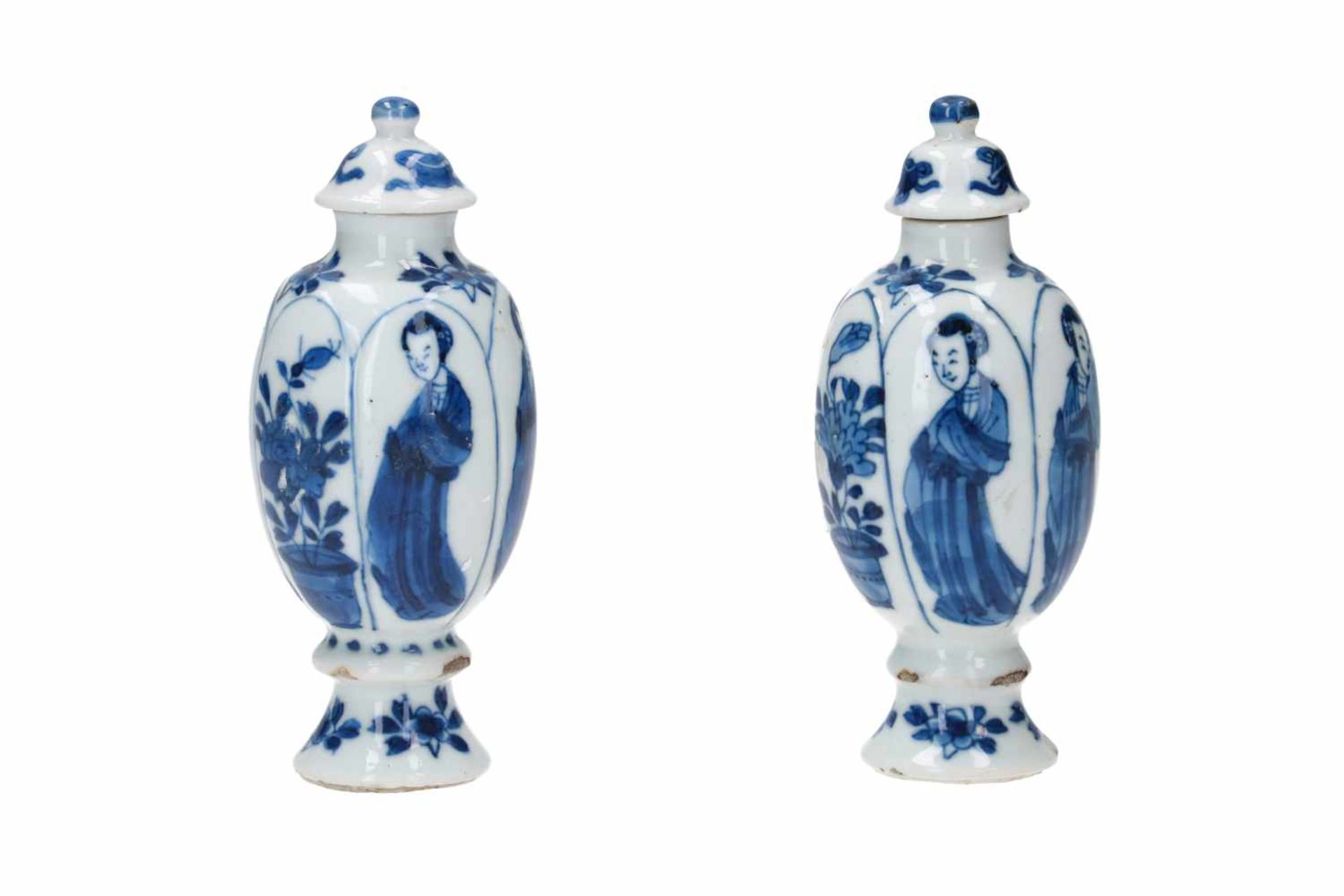 A pair of blue and white porcelain lidded miniature vases, decorated with long Elizas and flowers. - Bild 2 aus 9