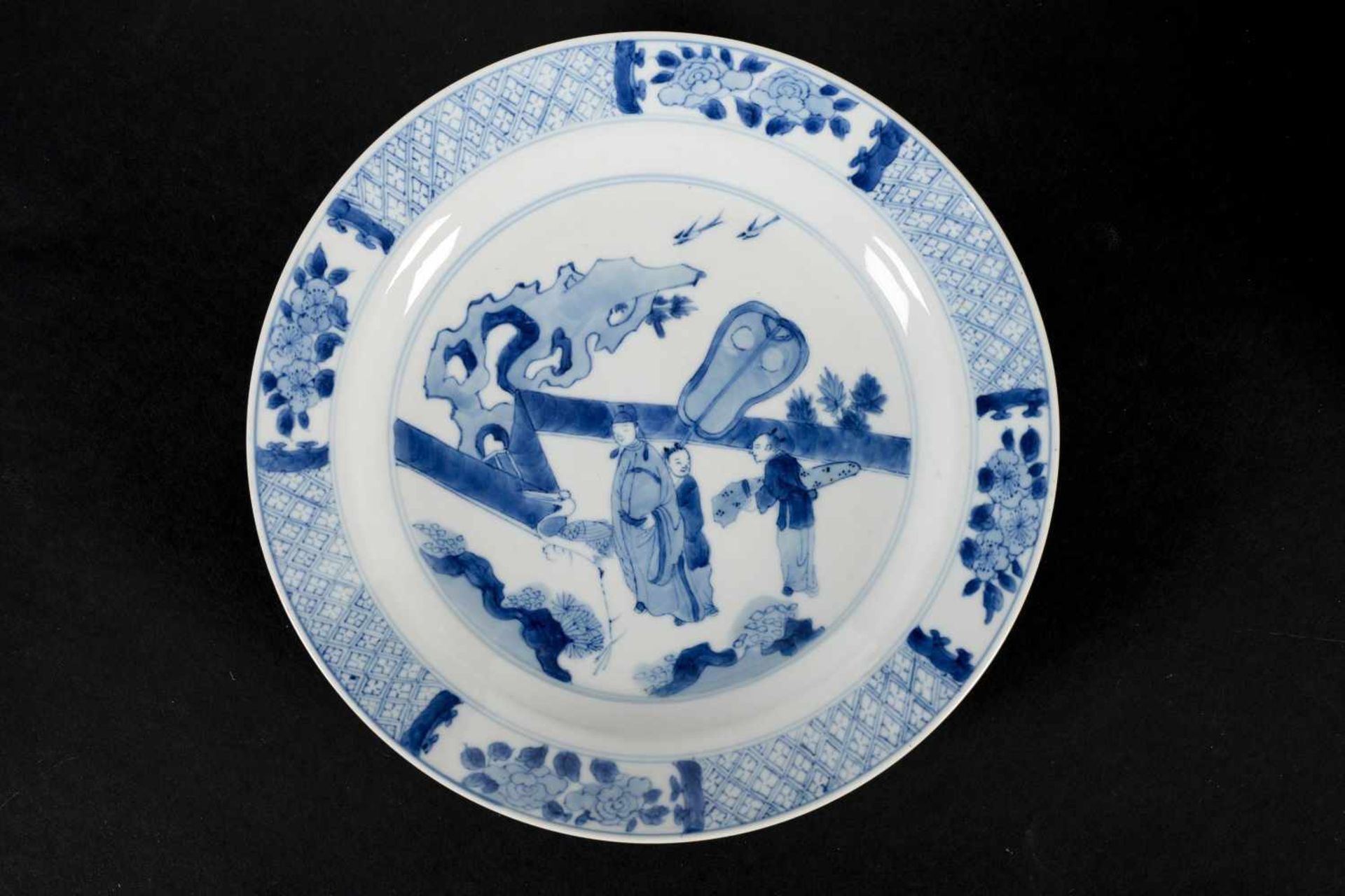 A blue and white porcelain dish, decorated with a dignitary with two servants and a crane on a - Bild 4 aus 4
