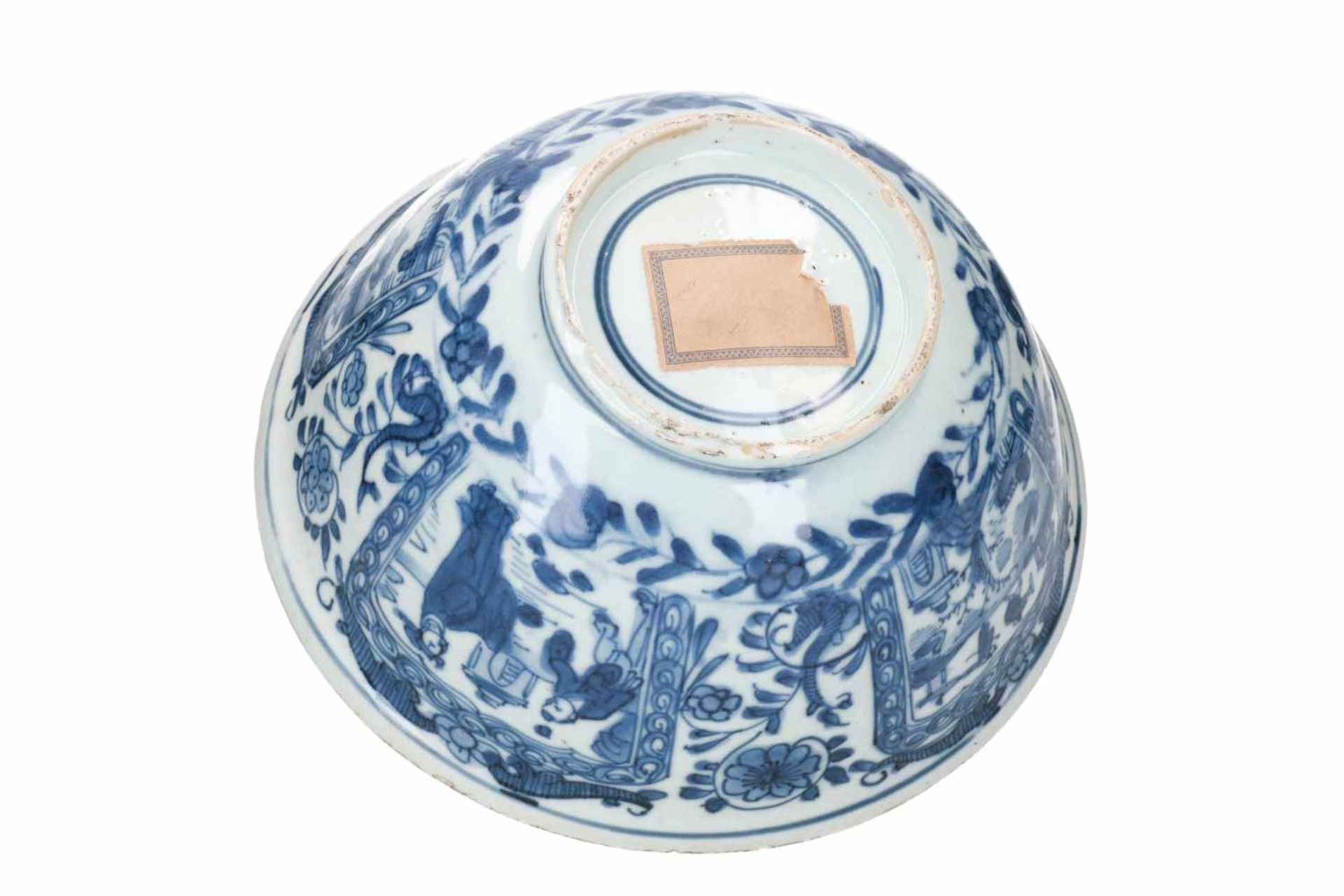 A blue and white porcelain bowl, decorated with figures, tulips and landscapes. Unmarked. China, - Bild 6 aus 6