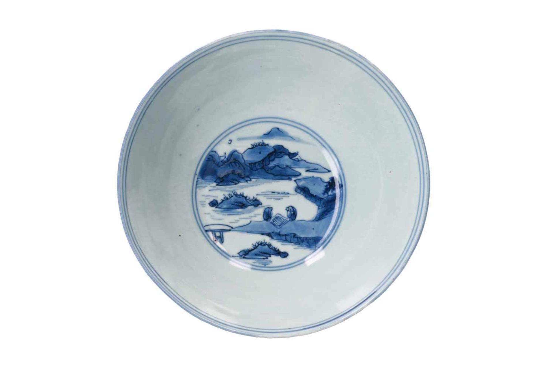 A blue and white porcelain bowl, decorated with figures playing a game of Go in a mountainous - Bild 5 aus 6