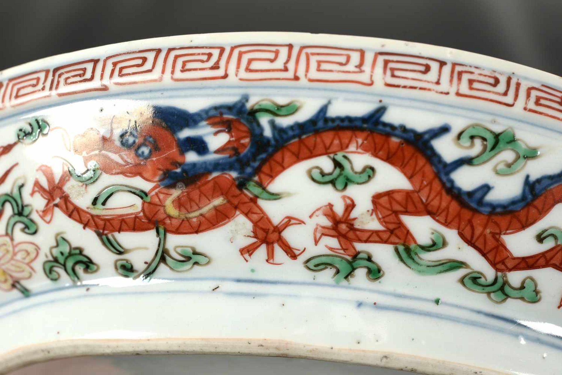 A Wucai porcelain lidded bowl, decorated with dragons and flowers. The bowl with nine - Bild 18 aus 26