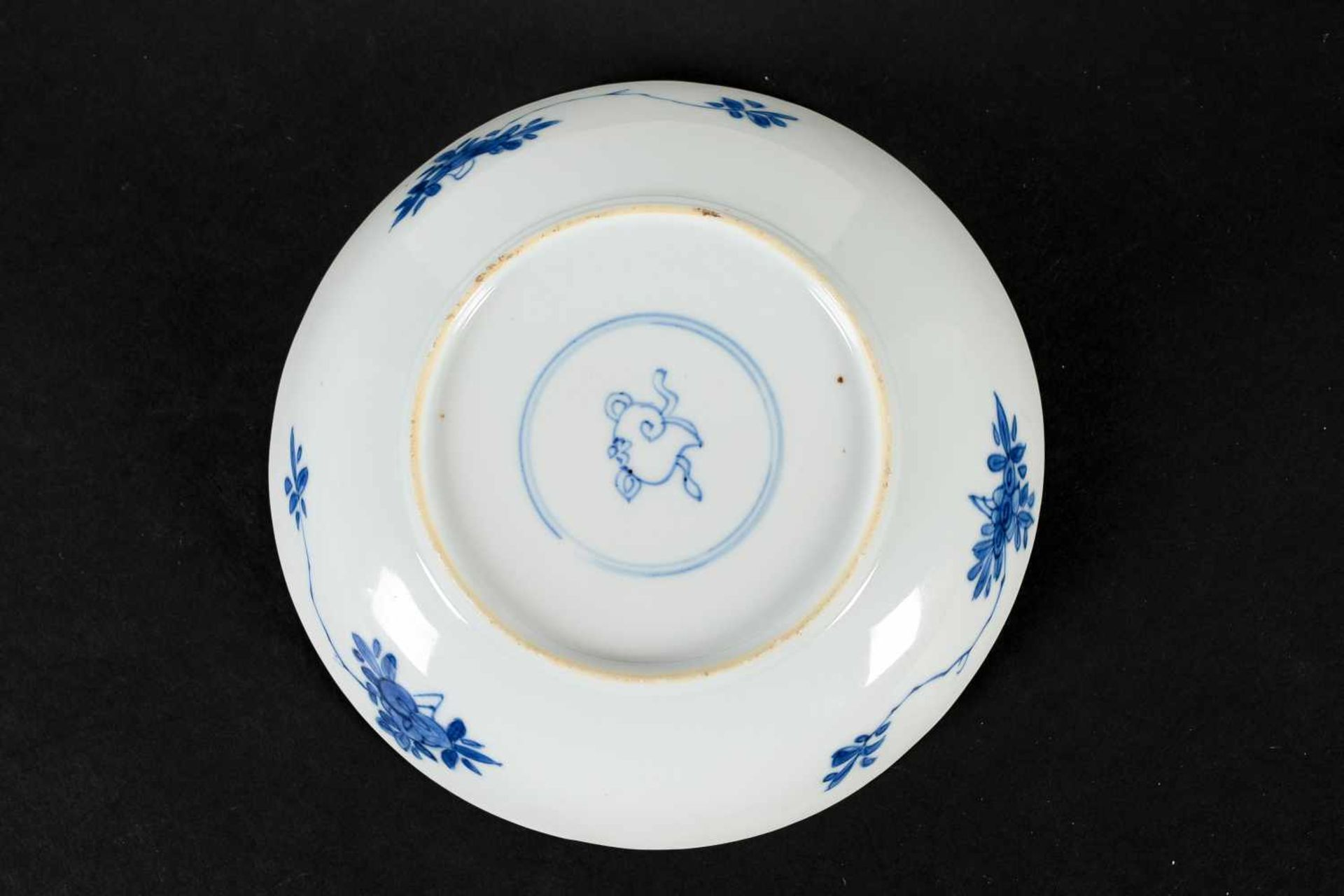 A blue and white porcelain lidded cup with two handles on a deep saucer, decorated with flowers. - Bild 4 aus 9