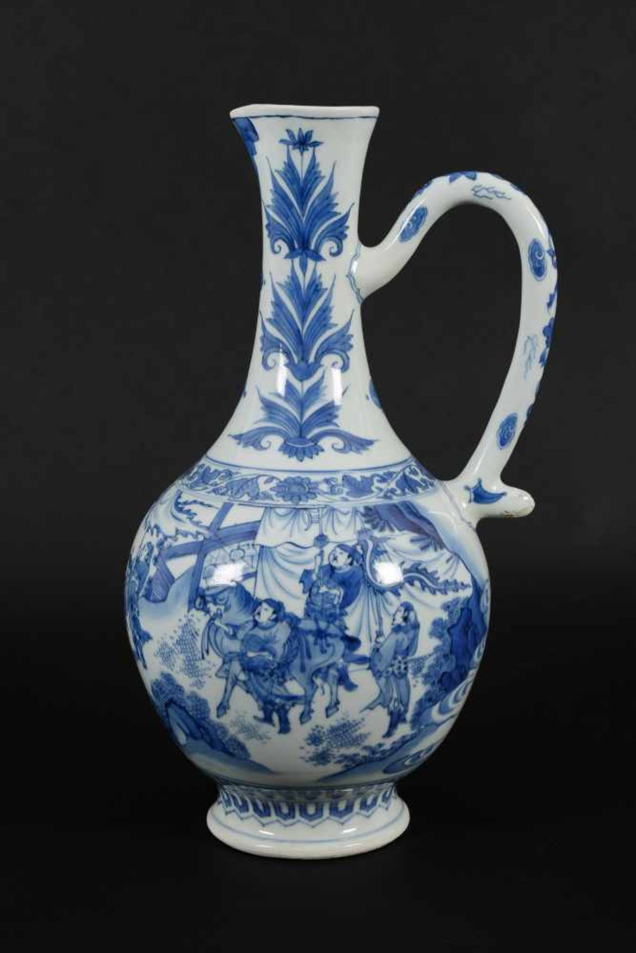 A blue and white porcelain jug, decorated with figures, a river landscape and flowers. Unmarked. - Bild 9 aus 9