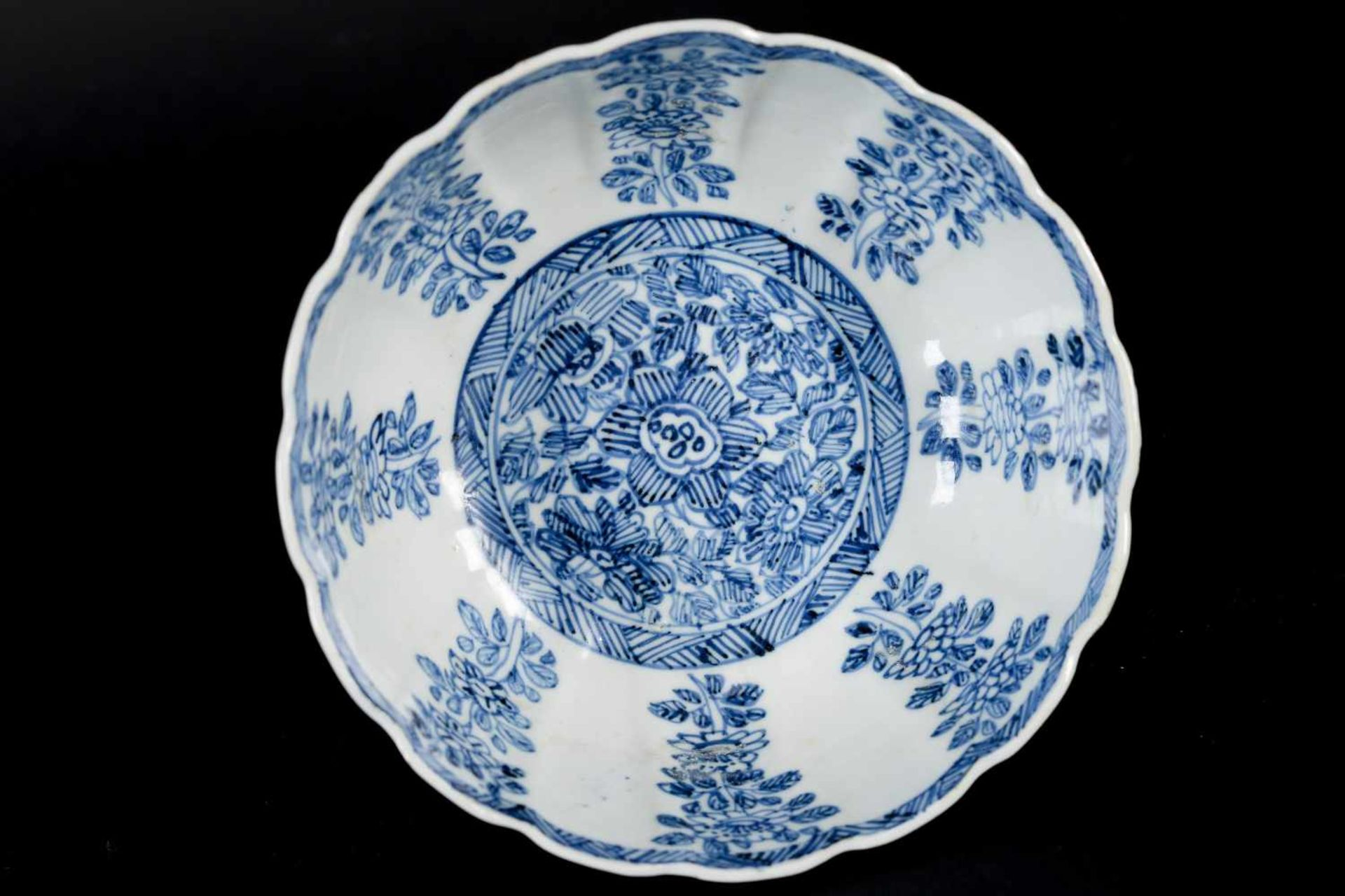 A pair of blue and white porcelain tazzas, decorated with flowers. Marked with symbol. China, - Bild 13 aus 14