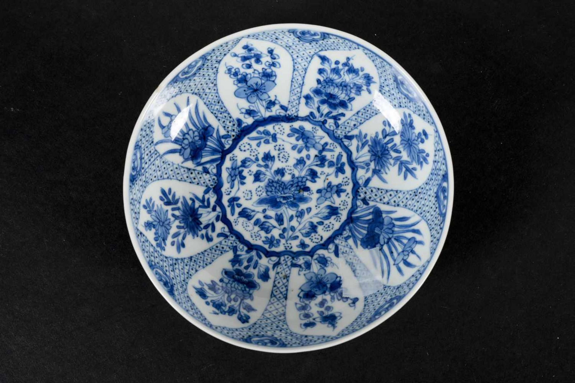 A blue and white porcelain lidded cup with two handles on a deep saucer, decorated with flowers. - Bild 3 aus 9