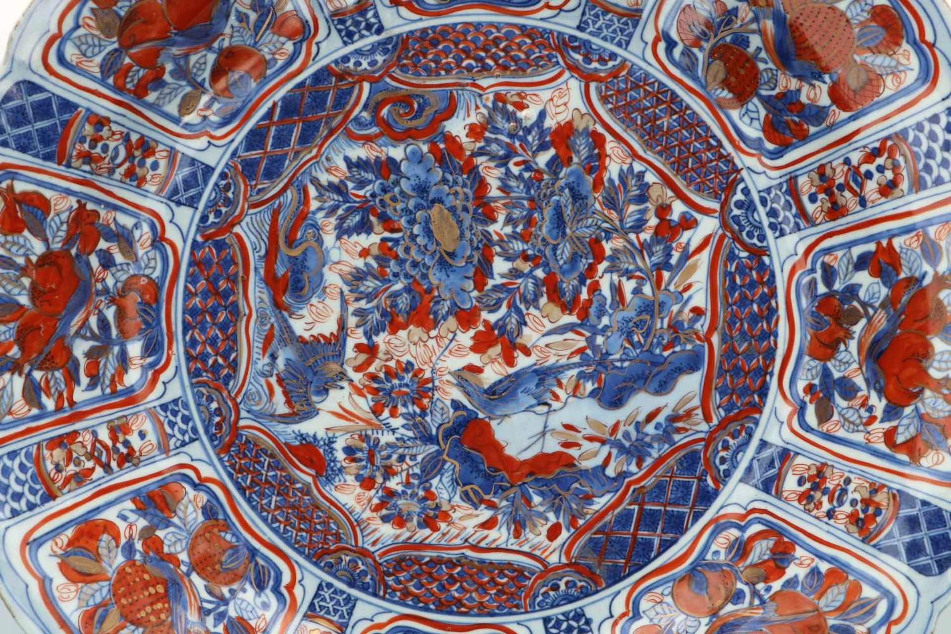 A blue and overglaze red porcelain deep charger with scalloped rim, decorated with flowers, fruits - Bild 3 aus 3