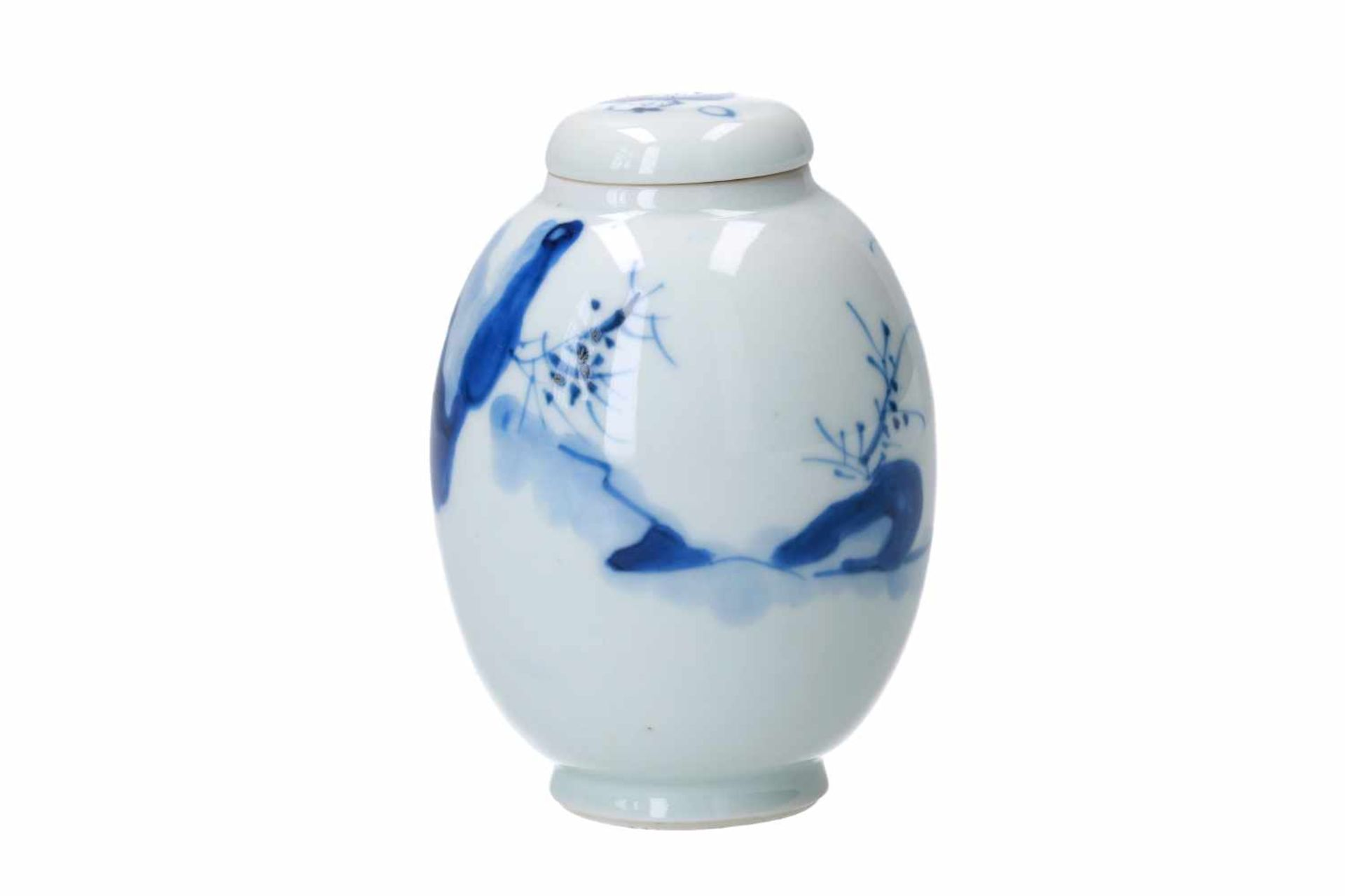 A blue and white porcelain lidded jar, decorated with a little boy and long Eliza in a landscape. - Bild 3 aus 6