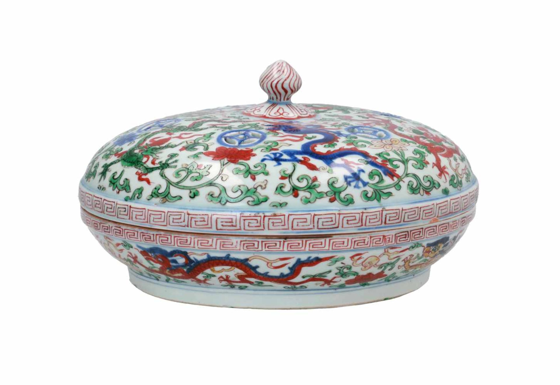 A Wucai porcelain lidded bowl, decorated with dragons and flowers. The bowl with nine - Bild 2 aus 26