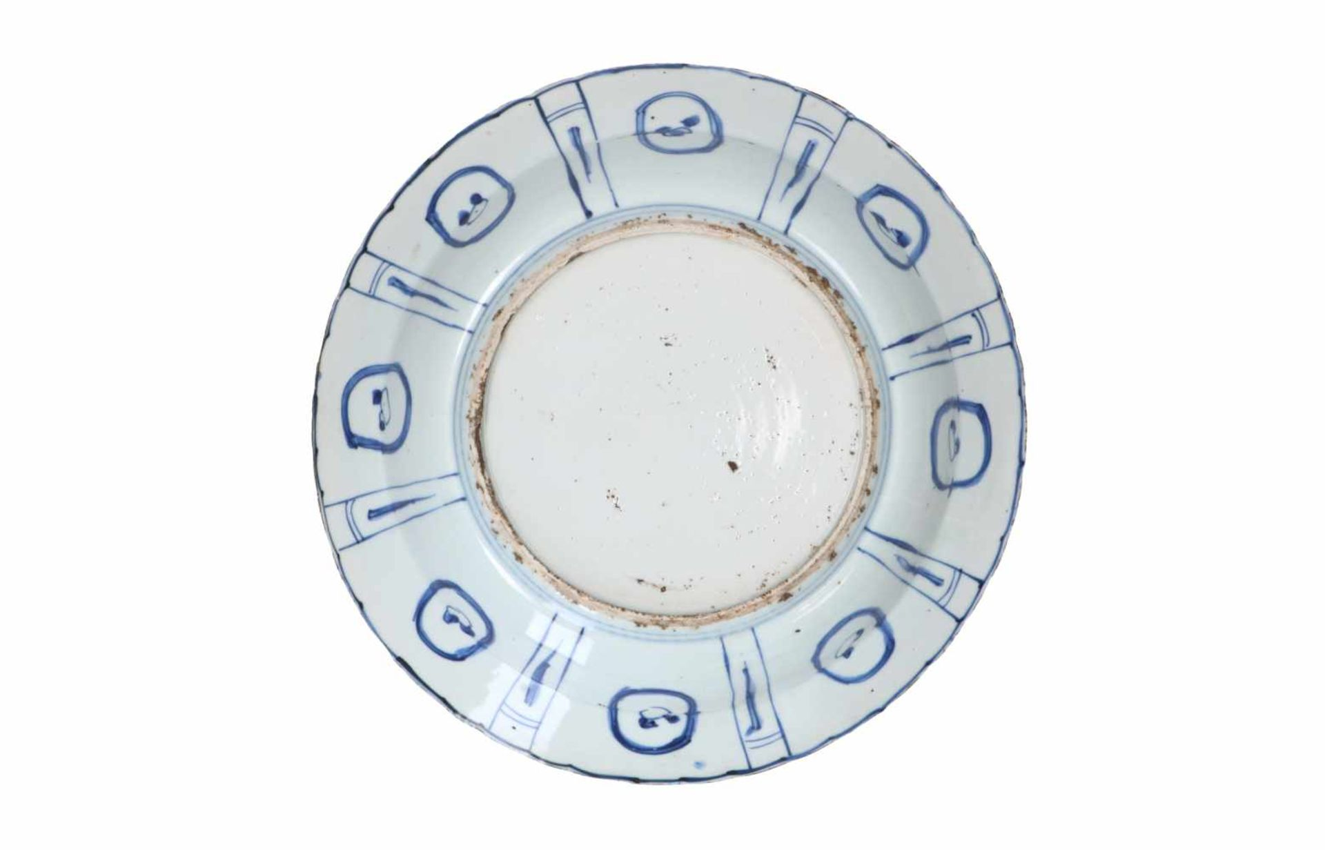 A blue and white porcelain charger, decorated with water birds and reserves depicting peaches and - Bild 2 aus 3