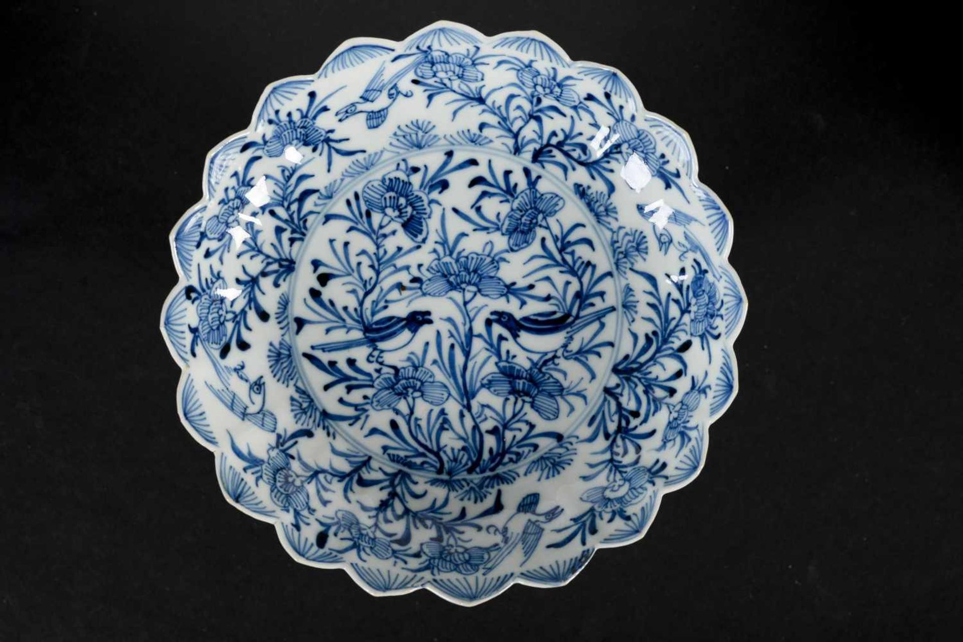 A set of six blue and white porcelain deep saucers with scalloped rim, decorated with flowers and - Bild 6 aus 8