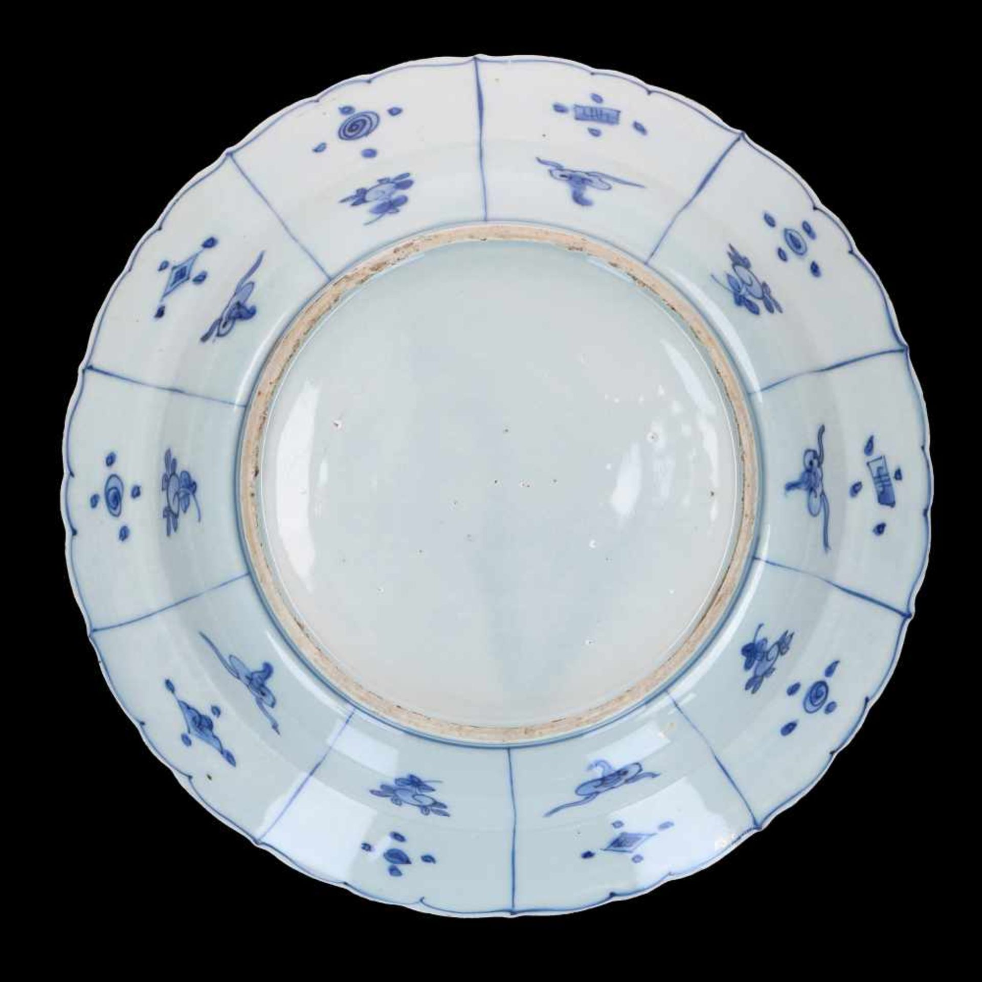 A blue and white 'kraak' porcelain dish, decorated with a bird. Unmarked. China, Wanli. - Bild 2 aus 4