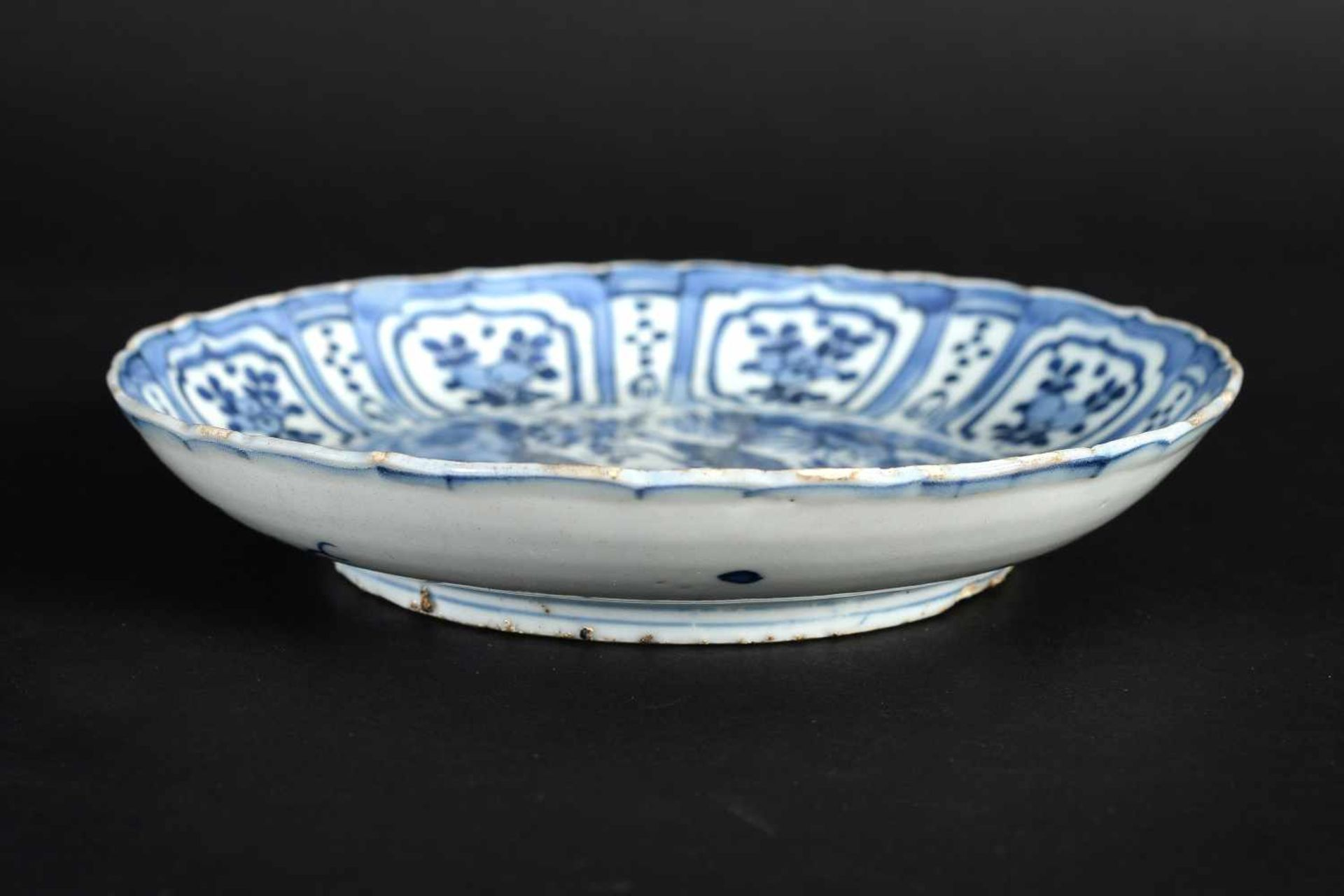 A blue and white 'kraak' porcelain deep dish, decorated with deer, birds and flowers. Unmarked. - Bild 4 aus 5