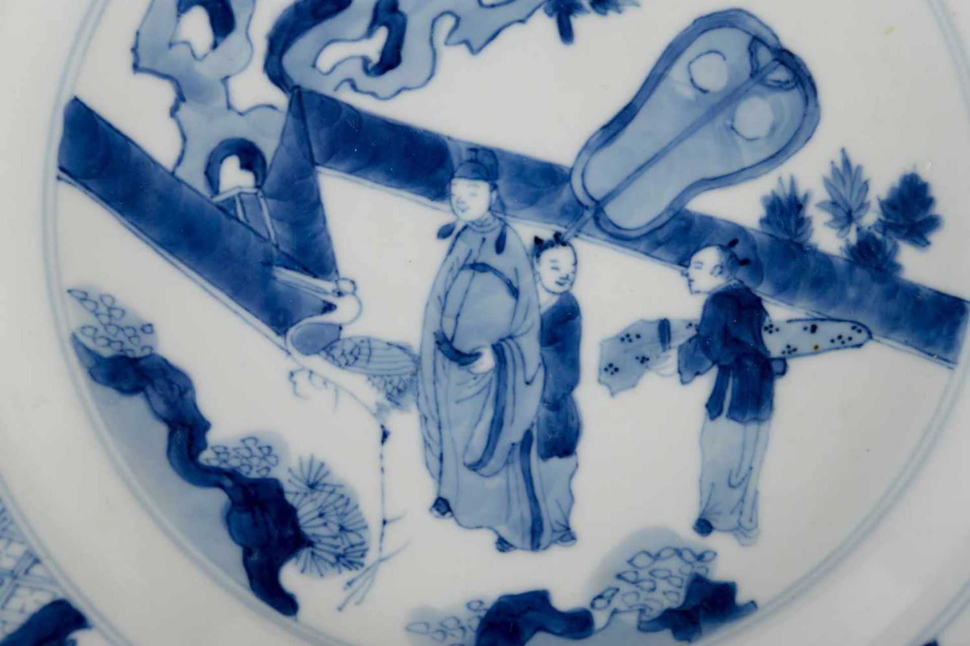 A blue and white porcelain dish, decorated with a dignitary with two servants and a crane on a - Bild 3 aus 4