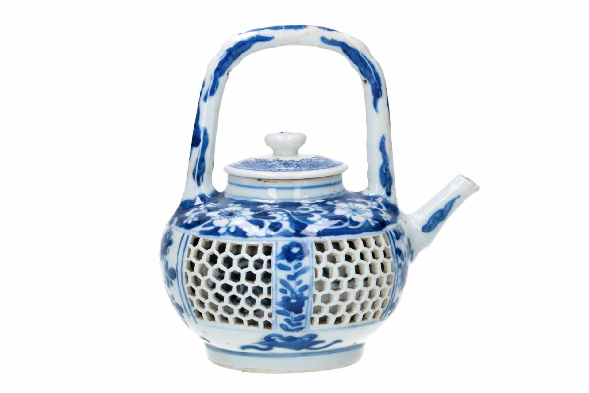 A blue and white porcelain teapot with open work belly, decorated with flowers and censers. Cover - Bild 2 aus 5