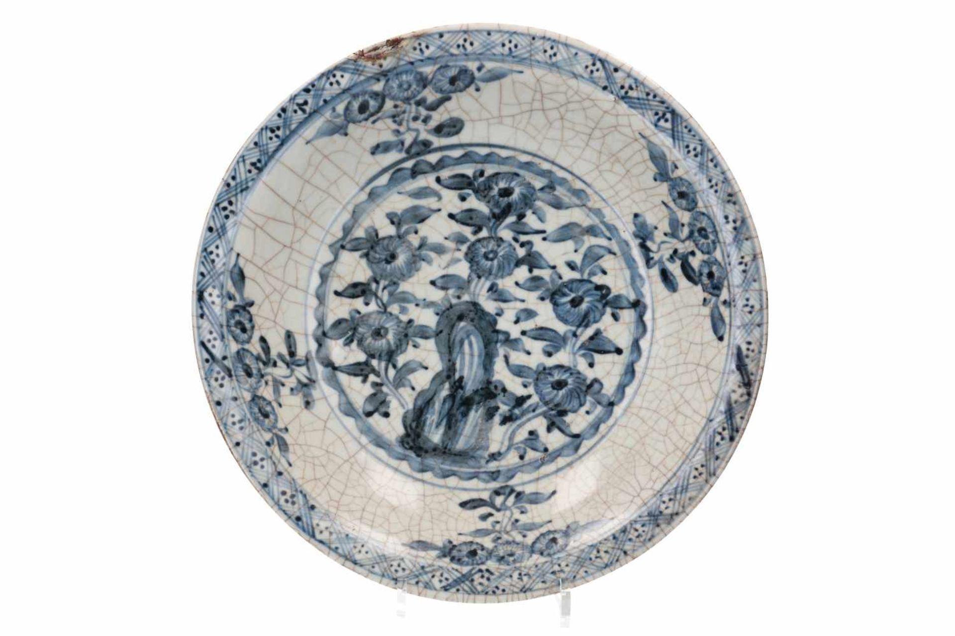 Lot of three blue and white Swatow porcelain chargers, decorated with flowers and animals. One - Bild 2 aus 8