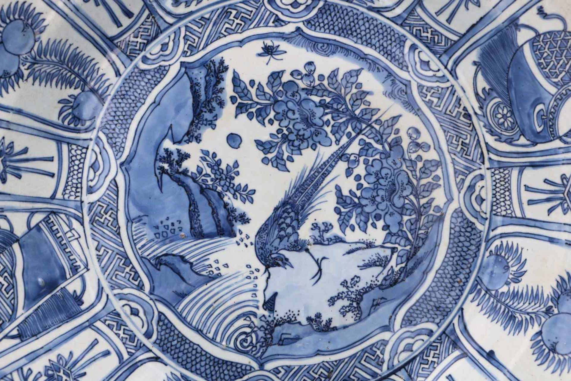 A blue and white 'kraak' porcelain deep charger, decorated with a silver pheasant, fruits, - Bild 3 aus 3