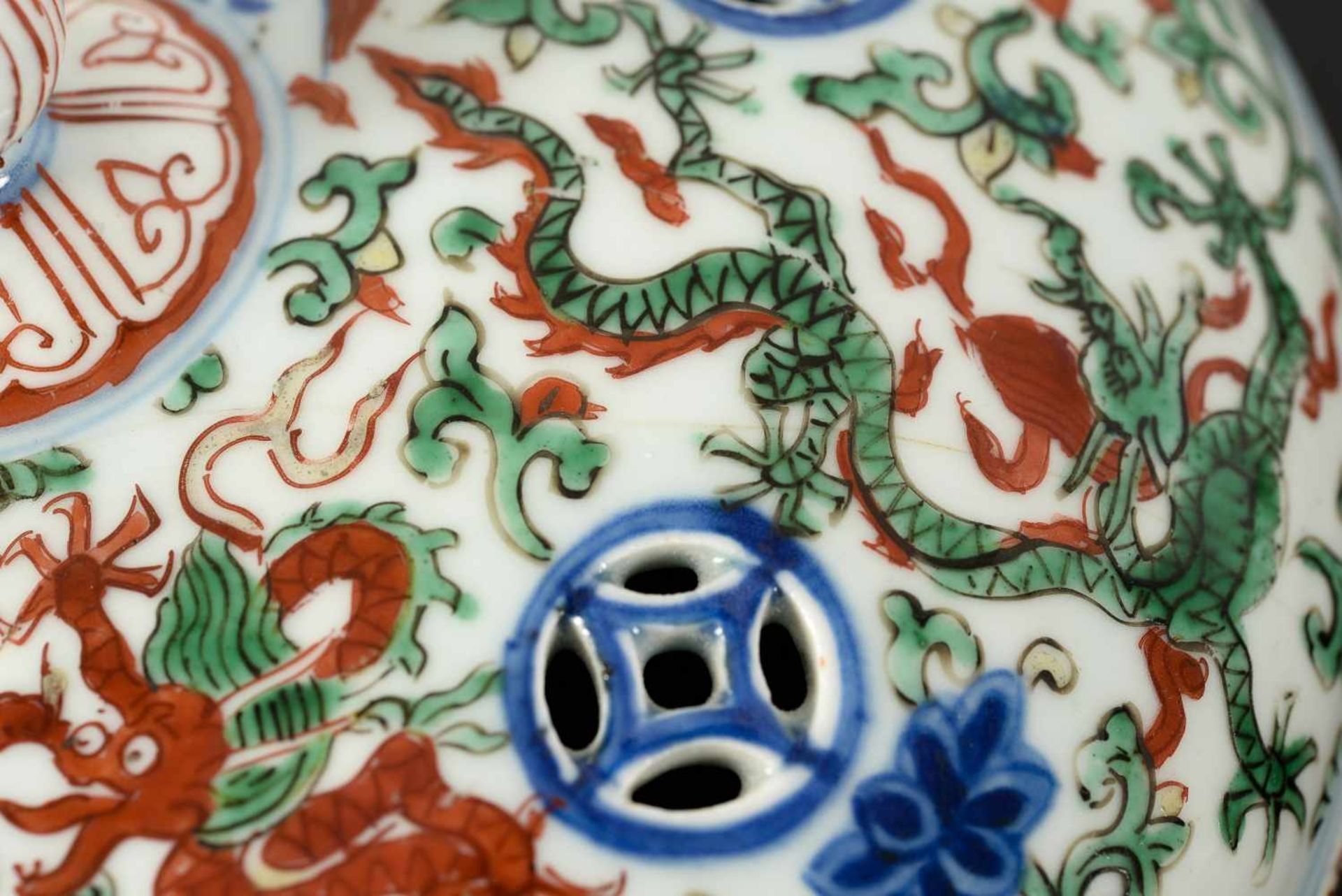 A Wucai porcelain lidded bowl, decorated with dragons and flowers. The bowl with nine - Bild 20 aus 26