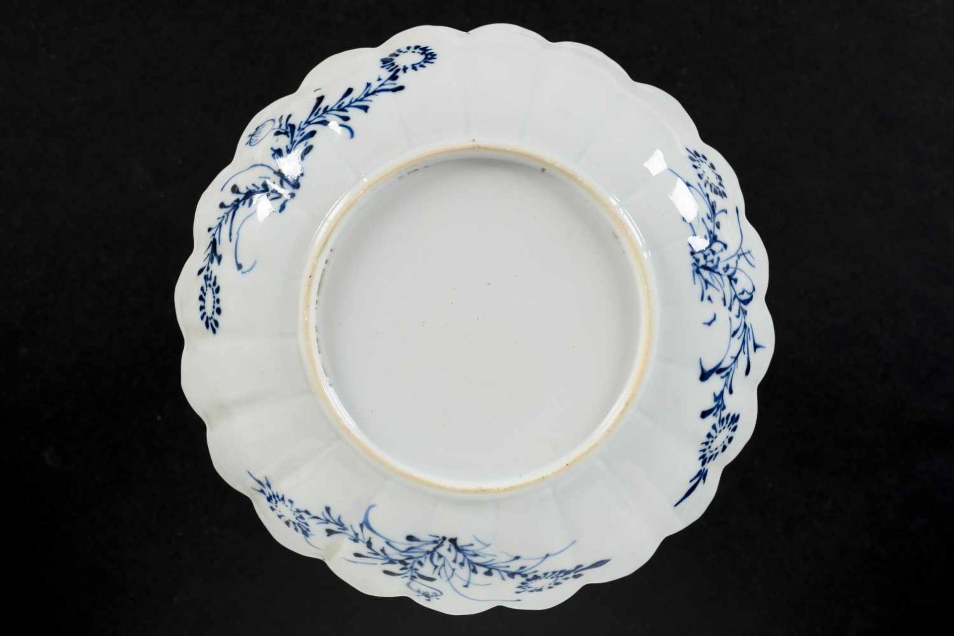 A set of six blue and white porcelain deep saucers with scalloped rim, decorated with flowers and - Bild 3 aus 8
