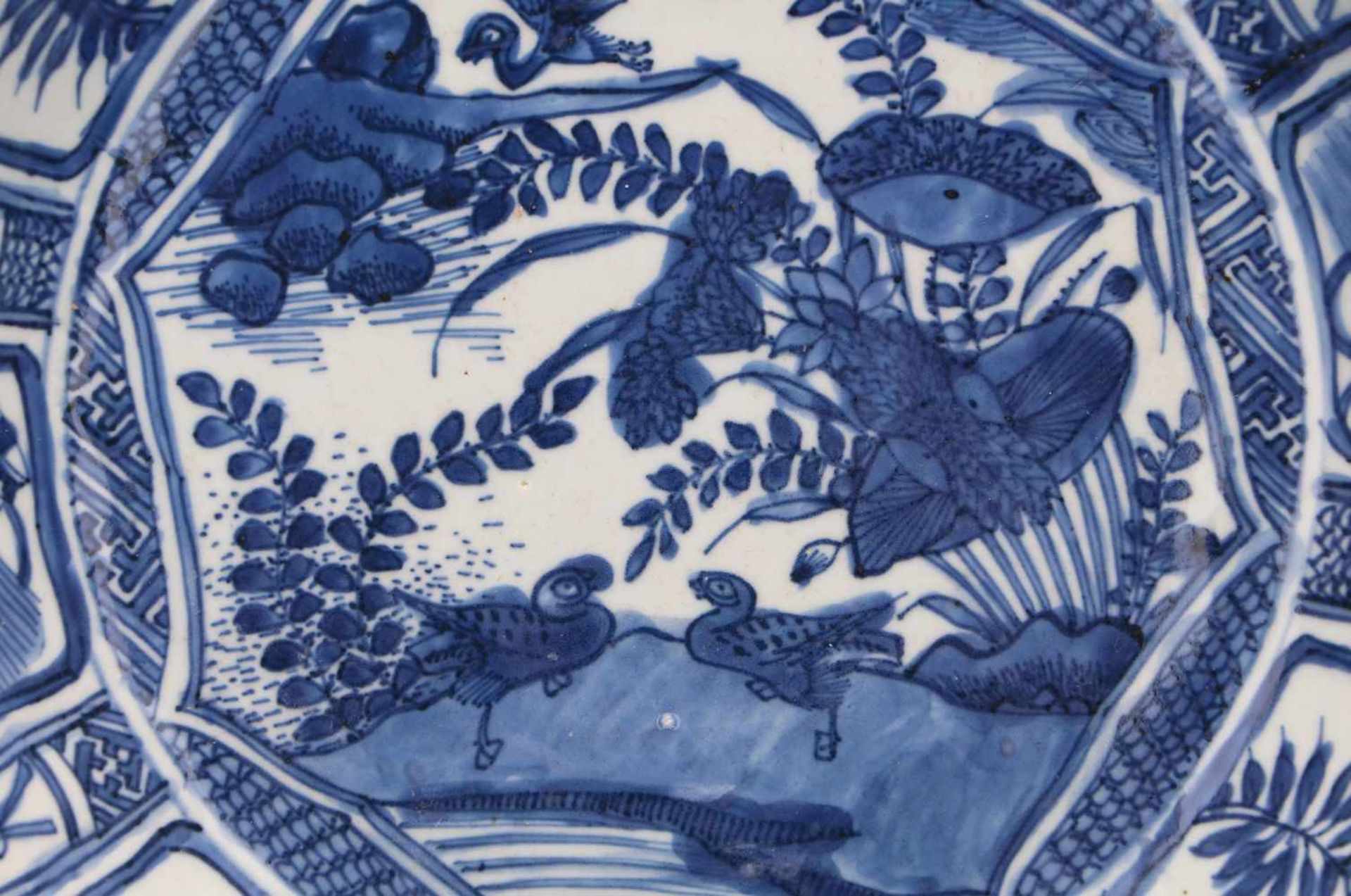 A blue and white porcelain charger, decorated with water birds and reserves depicting peaches and - Bild 3 aus 3