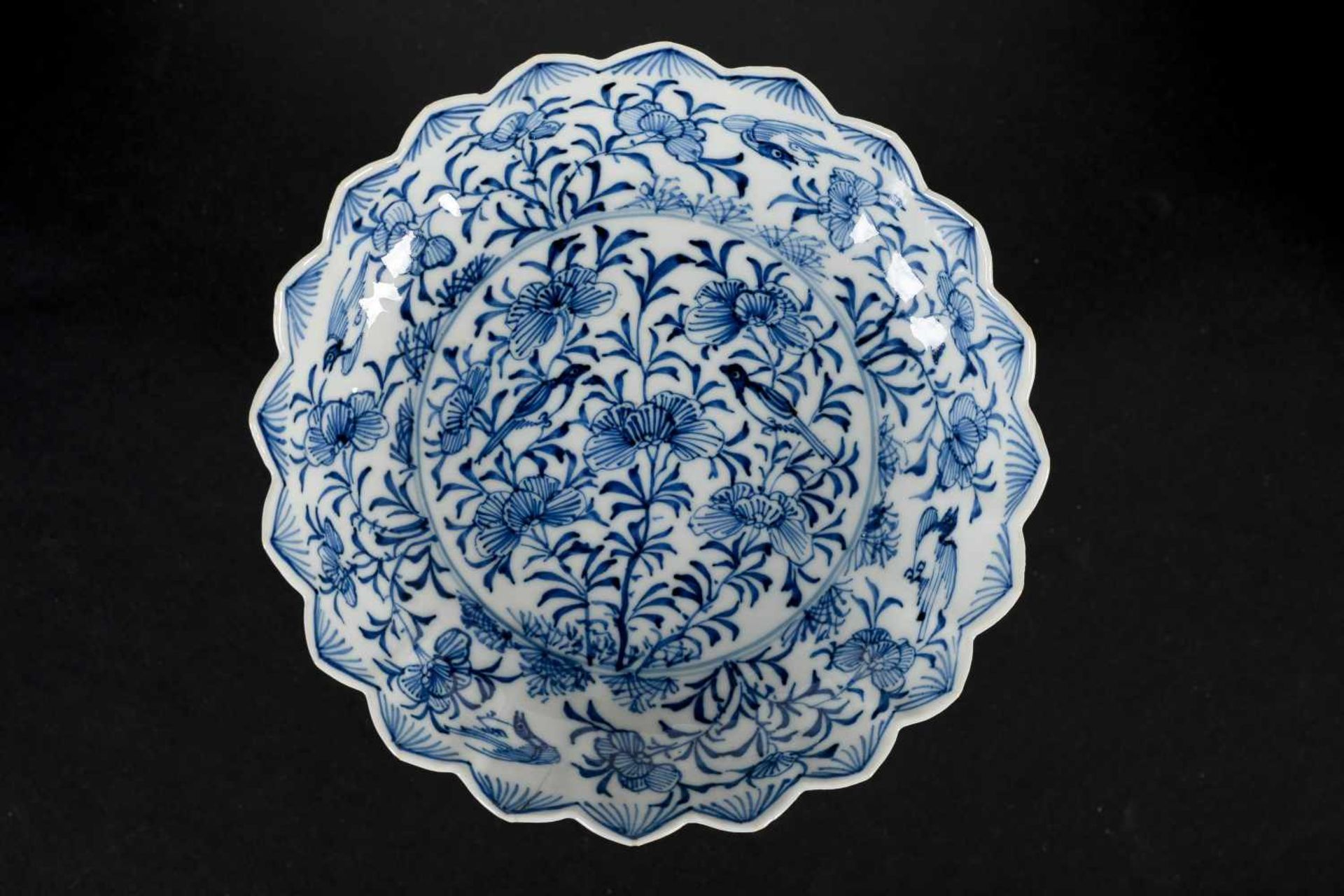 A set of six blue and white porcelain deep saucers with scalloped rim, decorated with flowers and - Bild 8 aus 8