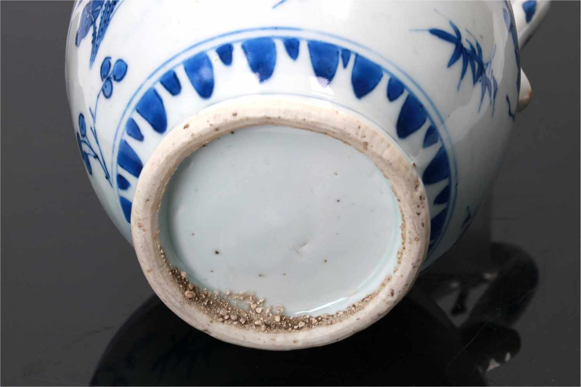 A blue and white porcelain jug with silver mounting, decorated with flowers. Unmarked. China, - Bild 6 aus 6