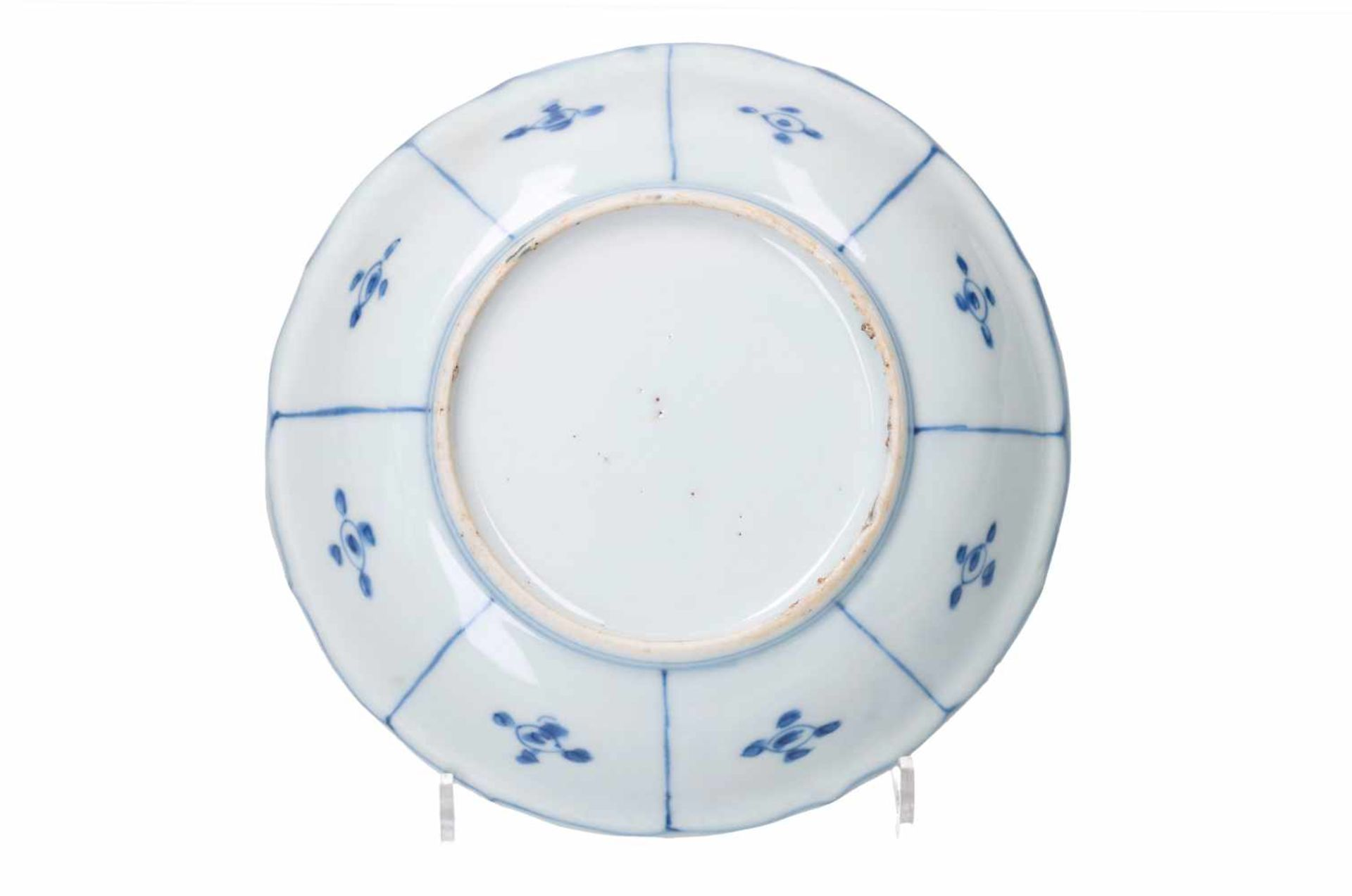A blue and white 'kraak' porcelain dish, decorated with flowers, a butterfly and a cricket. - Bild 2 aus 3
