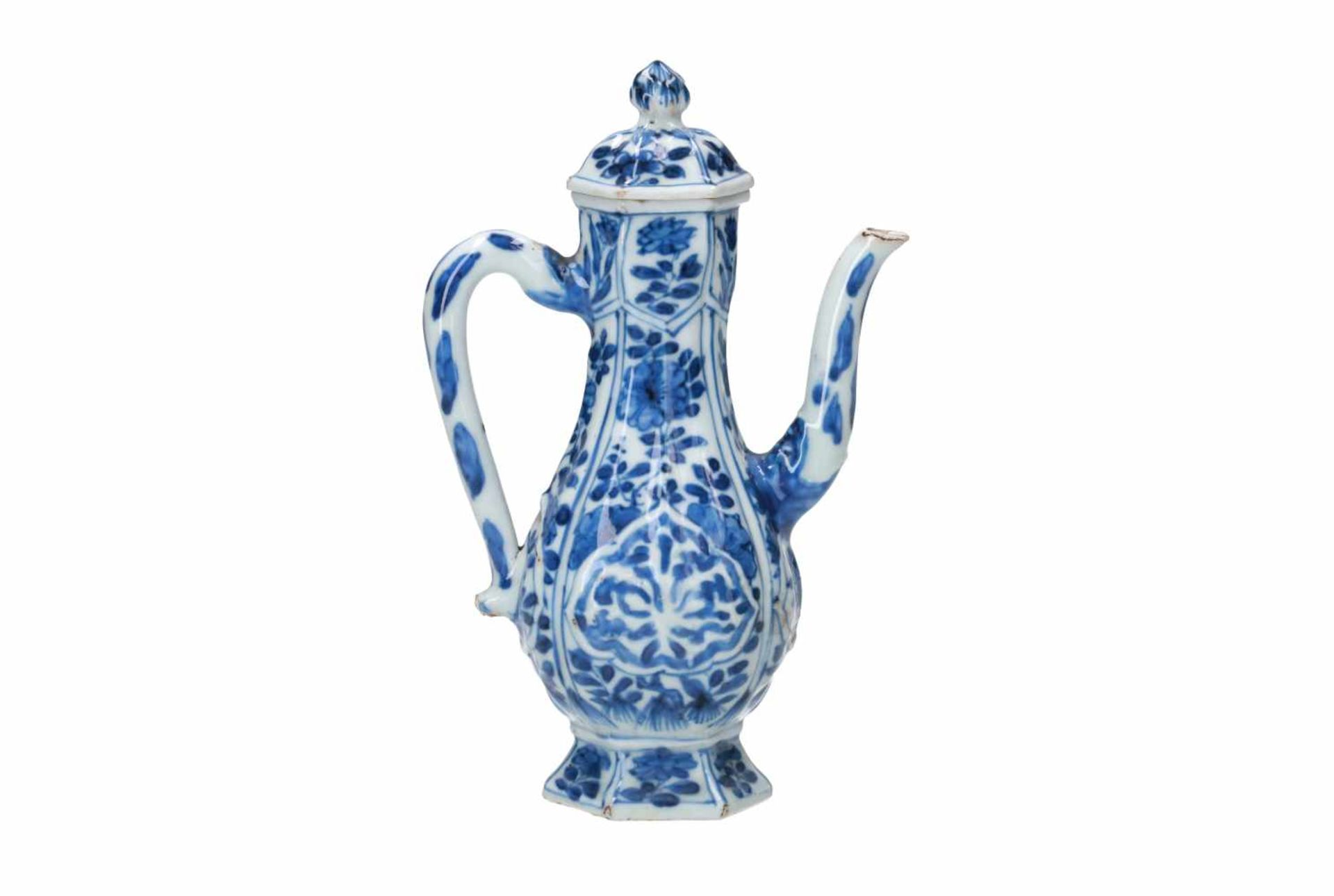 A hexagonal blue and white porcelain wine jar for the Persian market, decorated with flowers and a - Bild 2 aus 5