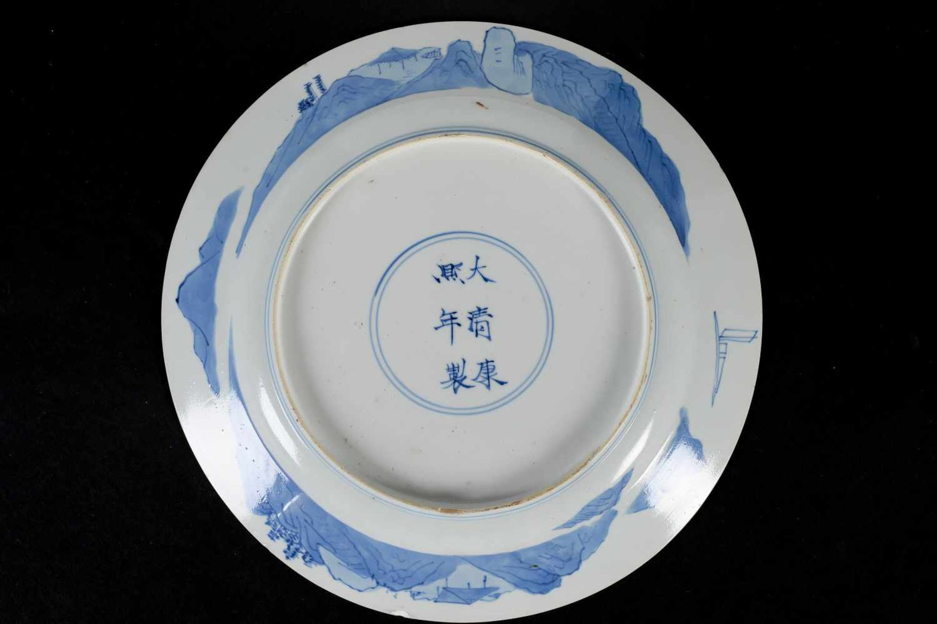 A blue and white porcelain dish, decorated with long Eliza on a bench in a garden. Marked with 6- - Bild 2 aus 3